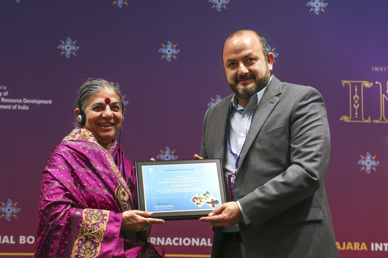 El Centro Universitario de la Costa Sur (CUCSur) y la Feria Internacional del Libro de Guadalajara (UdeG) otorgó el Reconocimiento Naturaleza, Sociedad y Territorio a la activista y científica de La India, doctora Vandana Shiva