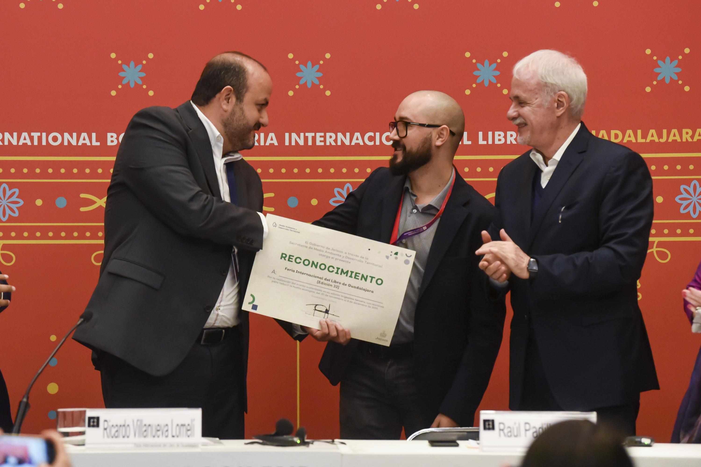 El Director Ejecutivo de Protección y Gestión Ambiental de la Semadet, maestro Misael Sebastián Gradilla Hernández, entregó el reconocimiento a las autoridades de la feria