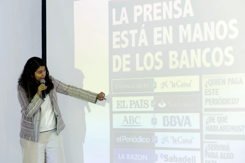 Investigadora mexicana de la Universidad Autónoma de Barcelona, doctora Luisa del Carmen Martínez, impartiendo conferencia.