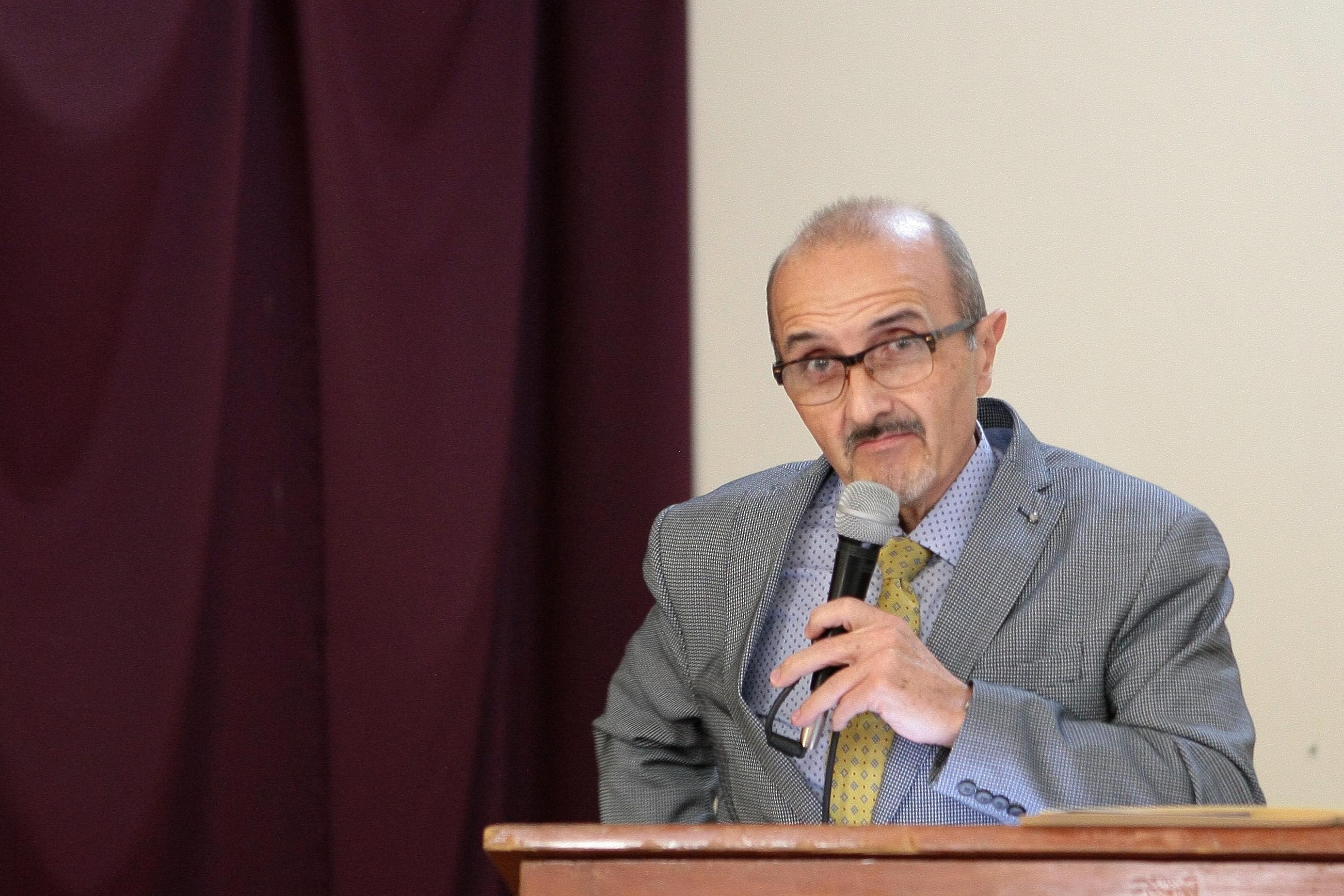 Doctor Ignacio Domínguez Salcido, presidente de la AMJ, con micrófono en mano y arriba del podium, haciendo uso de la palabra.