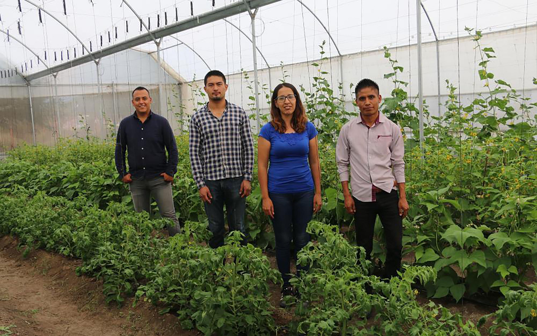 equipo de estudiantes, en el Laboratorio de Agronegocios del plantel