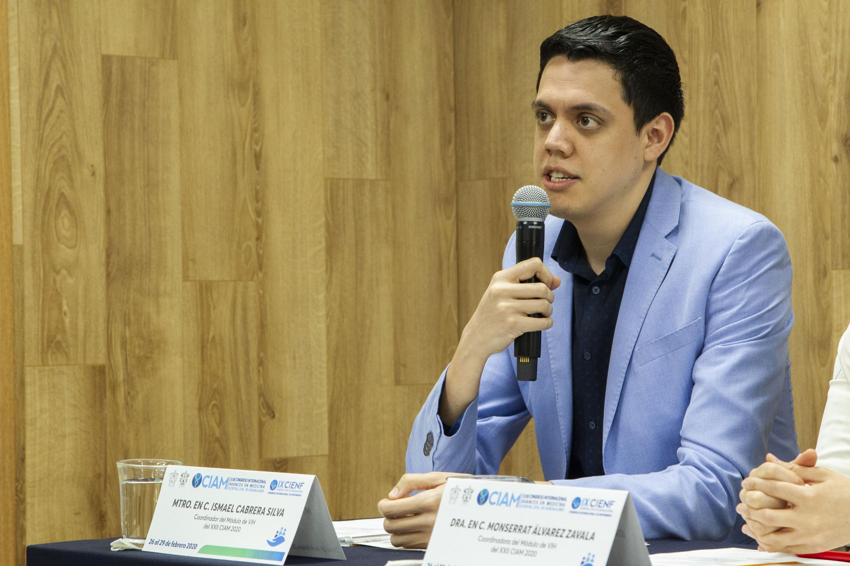 El maestro Ismael Cabrera Silva, otro de los coordinadores del Módulo del VIH, en uso de la palabra