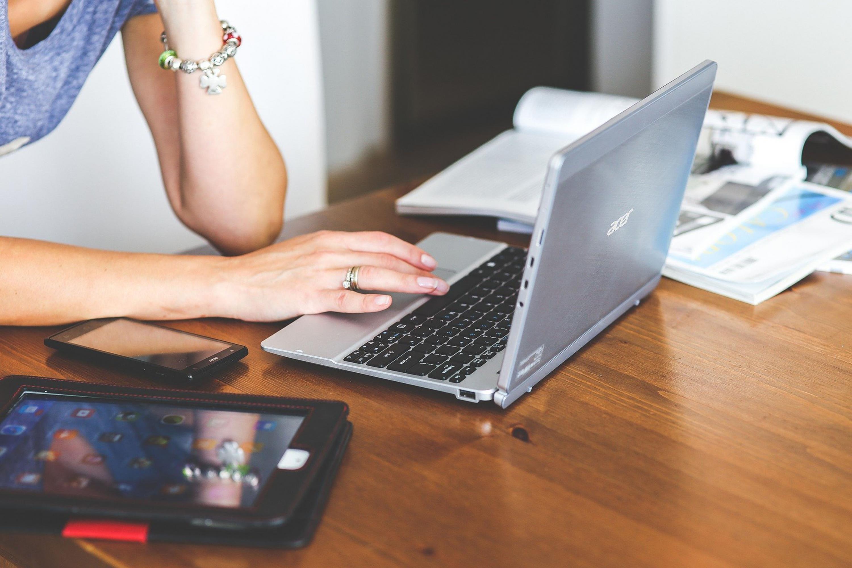 Persona trabajando en su computadora portatil