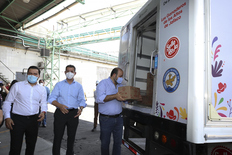 La Universidad de Guadalajara unió esfuerzos con la Empresa de Alimentos Sello Rojo para donar 180 mil litros de leche