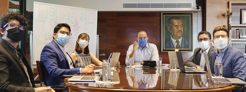 El Rector General, doctor Ricardo Villanueva Lomelí con miembros de la Sala de Situación en Salud del CUCS
