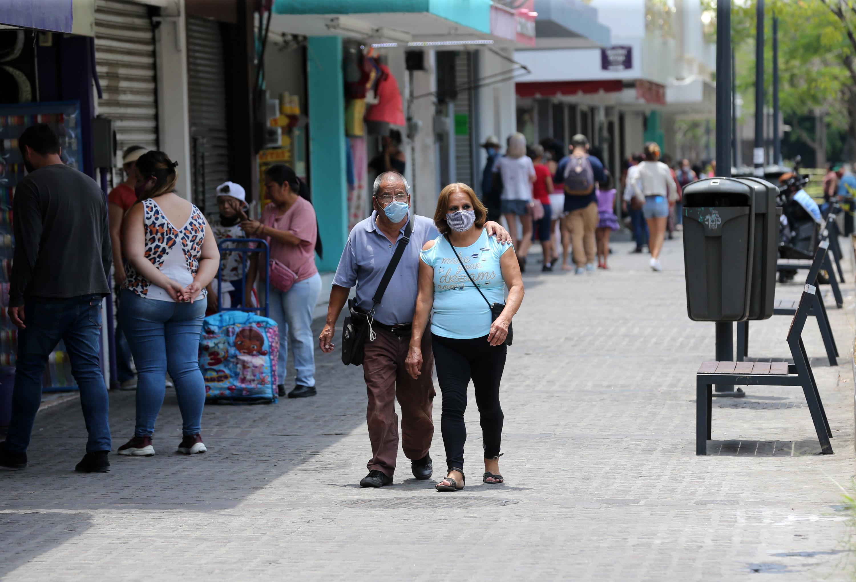 Personas caminando por la ciudad