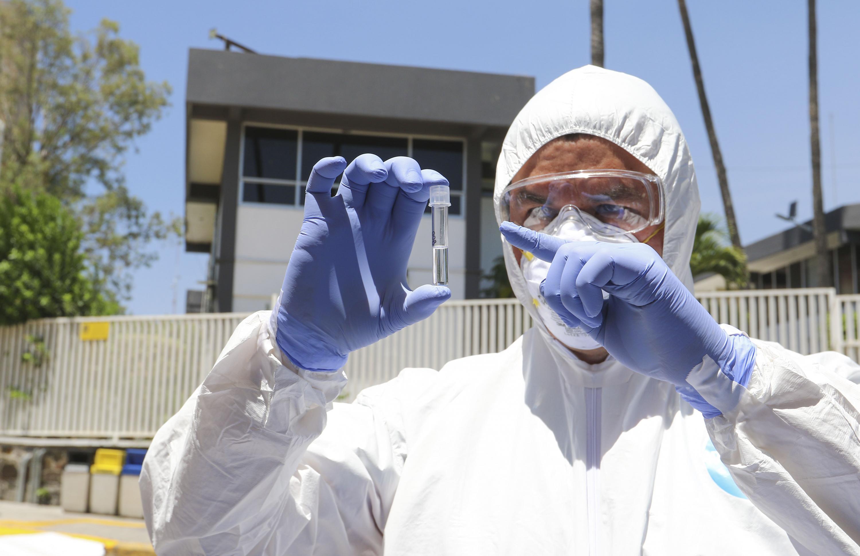 Trabajador de la salud con prueba de COVID-19