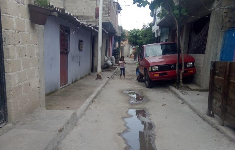 Niño caminado en la calle
