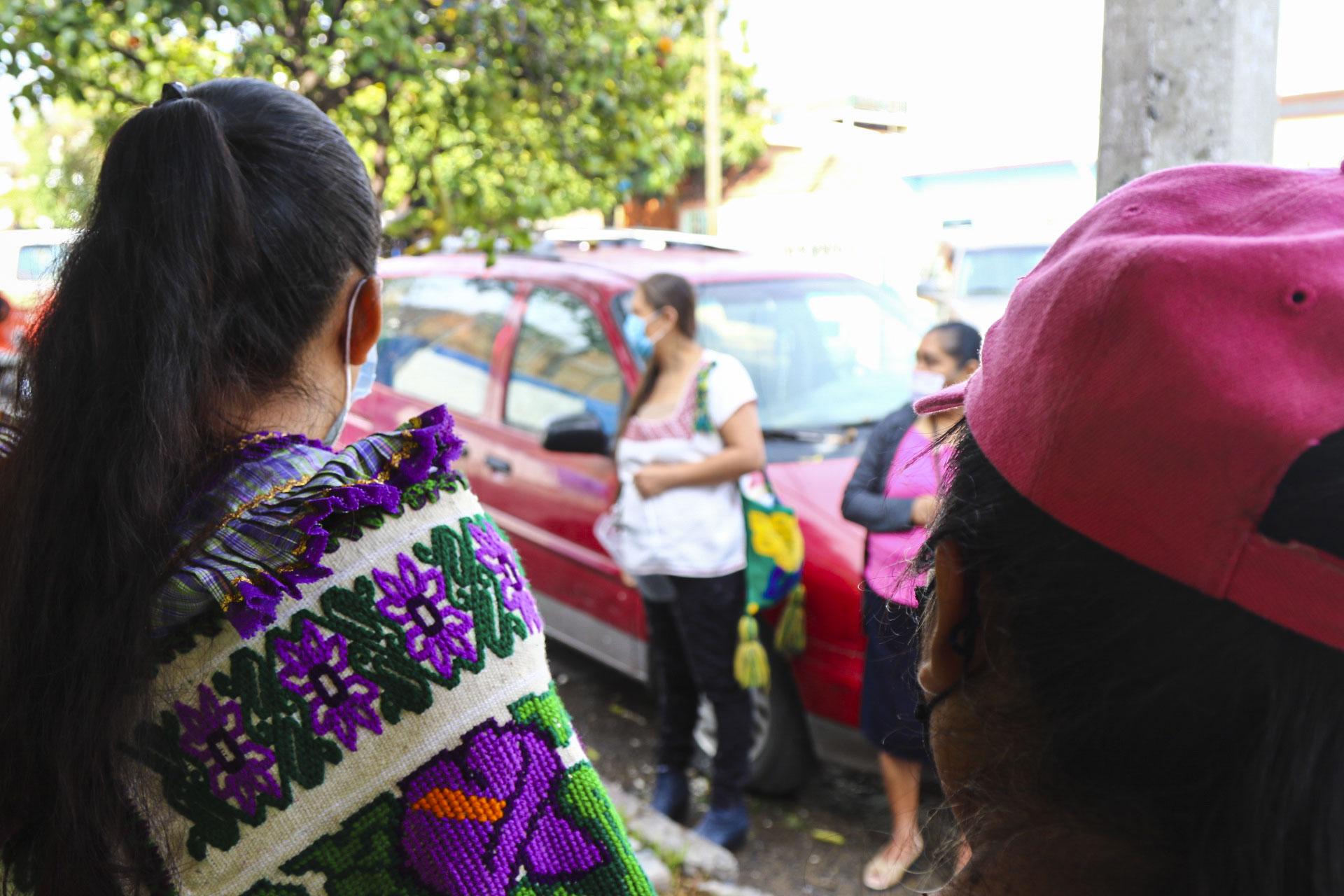 Difunden cápsulas radiofónicas y perifoneo en trece colonias. Los contenidos fueron grabados en cinco lenguas: mixteca, mazahua, purépecha, nahua y hñähñú
