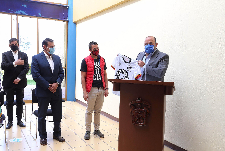 El Rector General, doctor Ricardo Villanueva Lomelí y funcionarios universitarios y municipales
