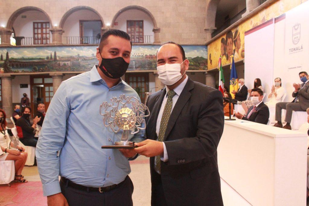 El académico de UDGVirtual, Marco Antonio Chavira Calderón y alcalde de ese municipio, Juan Antonio González Mora
