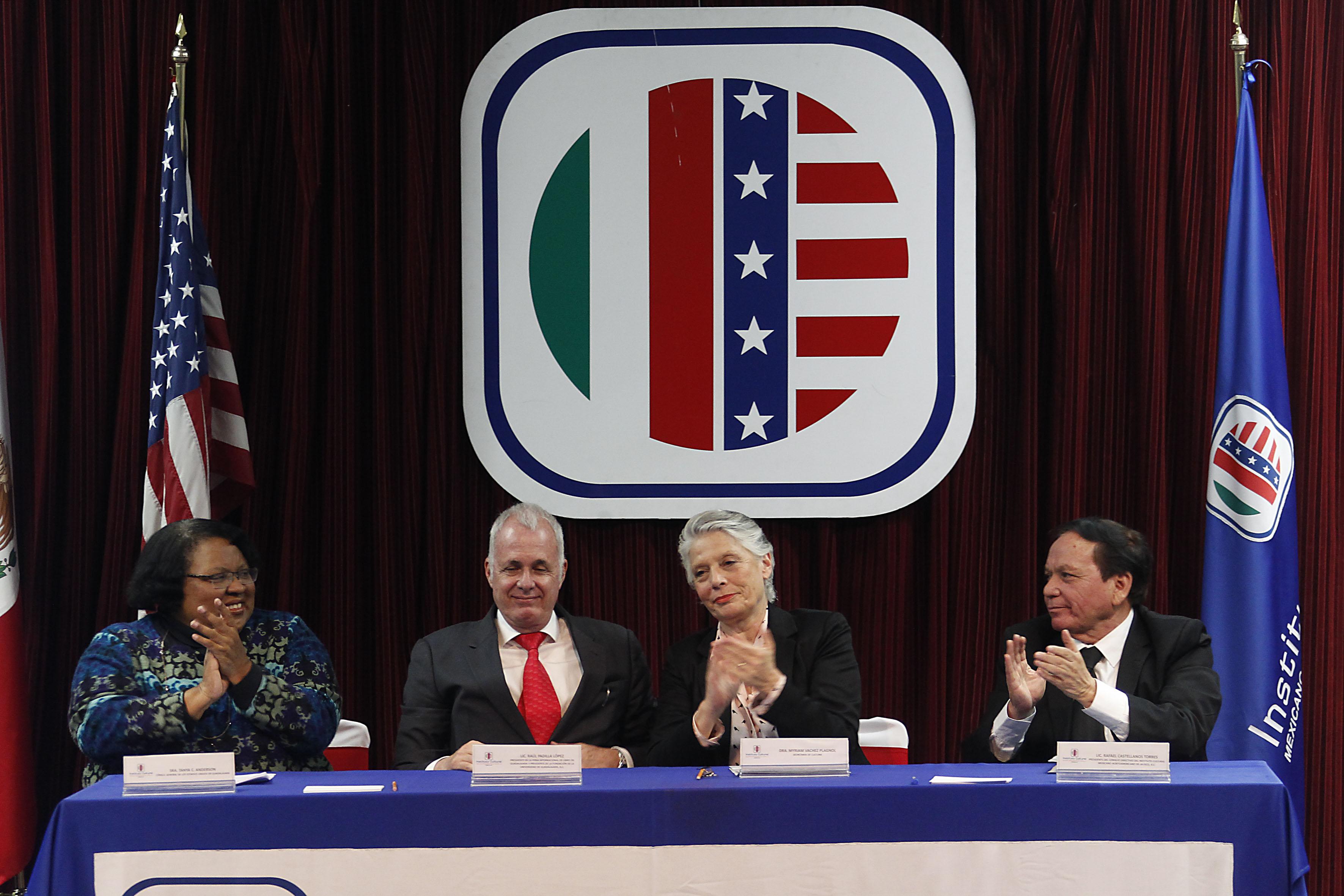 Consul de los Estados Unidos en Guadalajara, funcionaria de la Secretaría de Cultura y Presidentes del Instituto  Cultural Mexicano Norteamericano de Jalisco, AC. como miembros participantes en la ceremonia para la entrega de medalla al mérito educativo y cultural al Lic. Raúl Padilla López.