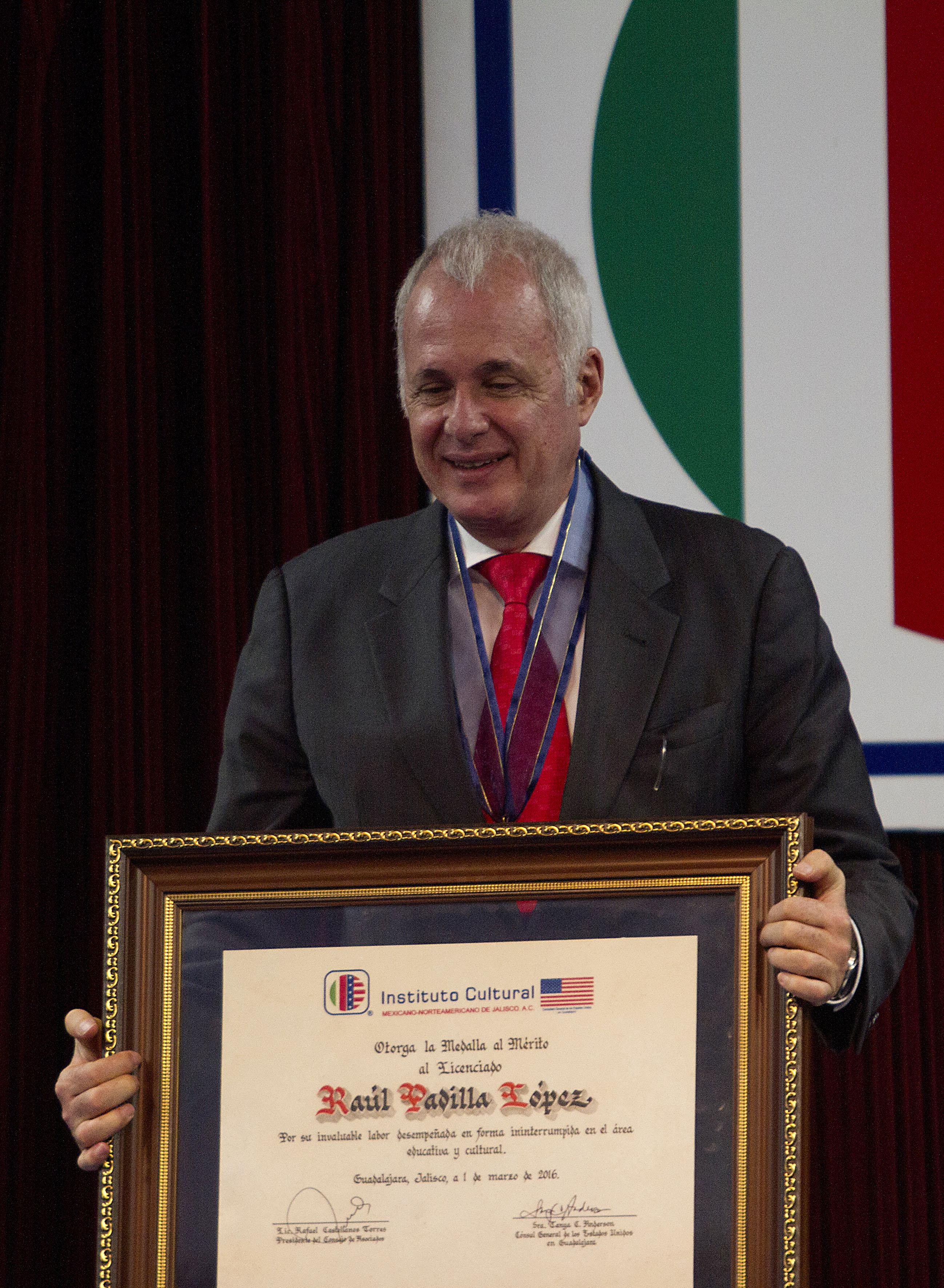 Licenciado Raúl Padilla López, presidente de la FIL Guadalajara y del Festival Internacional de Cine de Guadalajara (FICG), mostrando el reconocimiento de la medalla al mérito.
