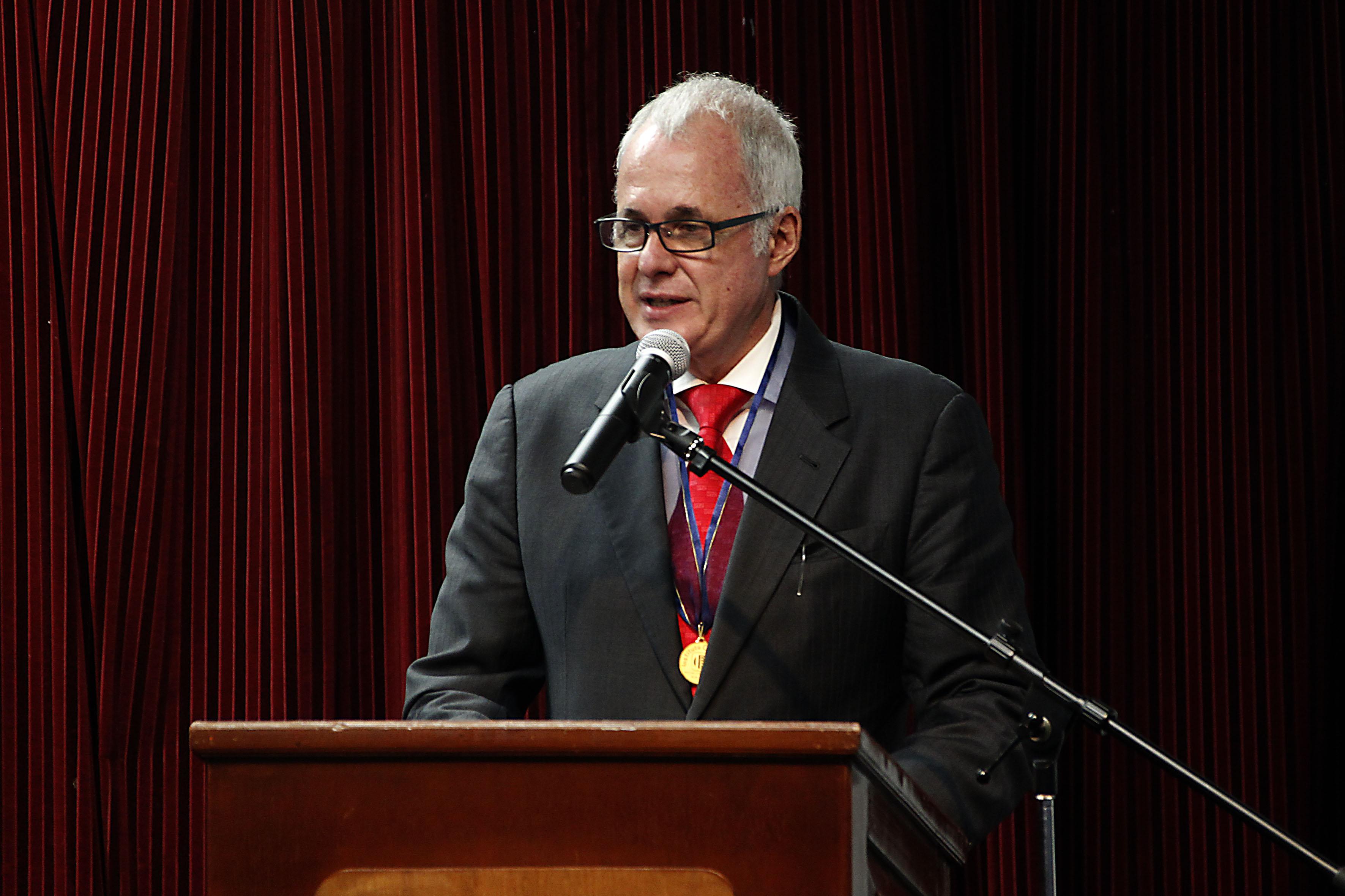 Licenciado Raúl Padilla López, presidente de la FIL Guadalajara y del Festival Internacional de Cine de Guadalajara (FICG), portando la Medalla al mérito educativo y cultural por parte del Instituto Cultural Mexicano Norteamericano de Jalisco, AC; y en presidium haciendo uso de la palabra.
