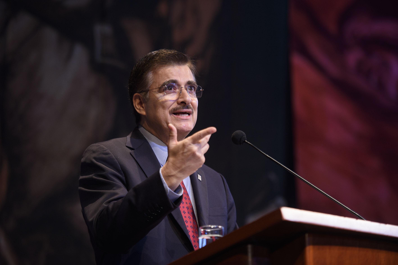Rector General de la Universidad de Guadalajara, maestro Itzcóatl Tonatiuh Bravo Padilla, en presidium del Teatro Degollado, haciendo uso de la palabra.
