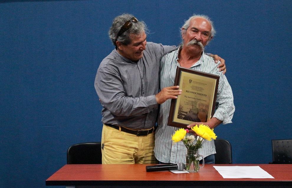 Arquitecto Juan Carlos Chavoya Gama, recibiendo reconocimiento