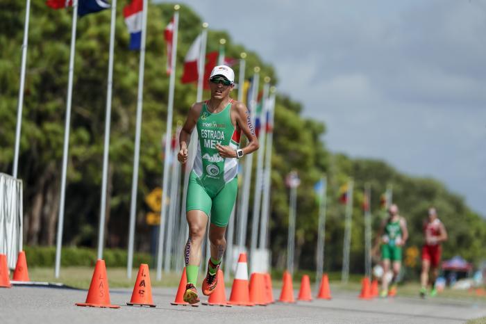 Triatleta Abraham Estrada Sierra en la prueba de carrera a pie