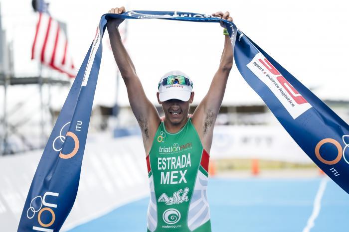 Triatleta Abraham Estrada Sierra cruzando la linea de meta