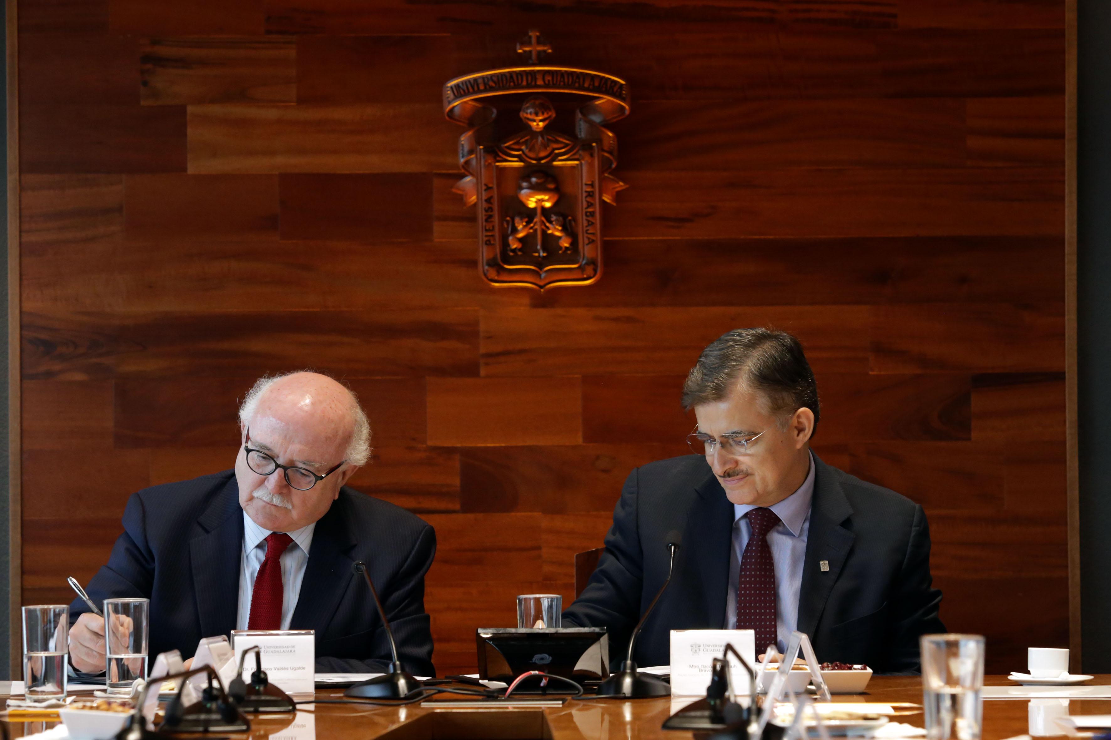 Rector General, maestro Itzcóatl Tonatiuh Bravo Padilla y doctor Francisco Valdés Ugalde en firma de convenio