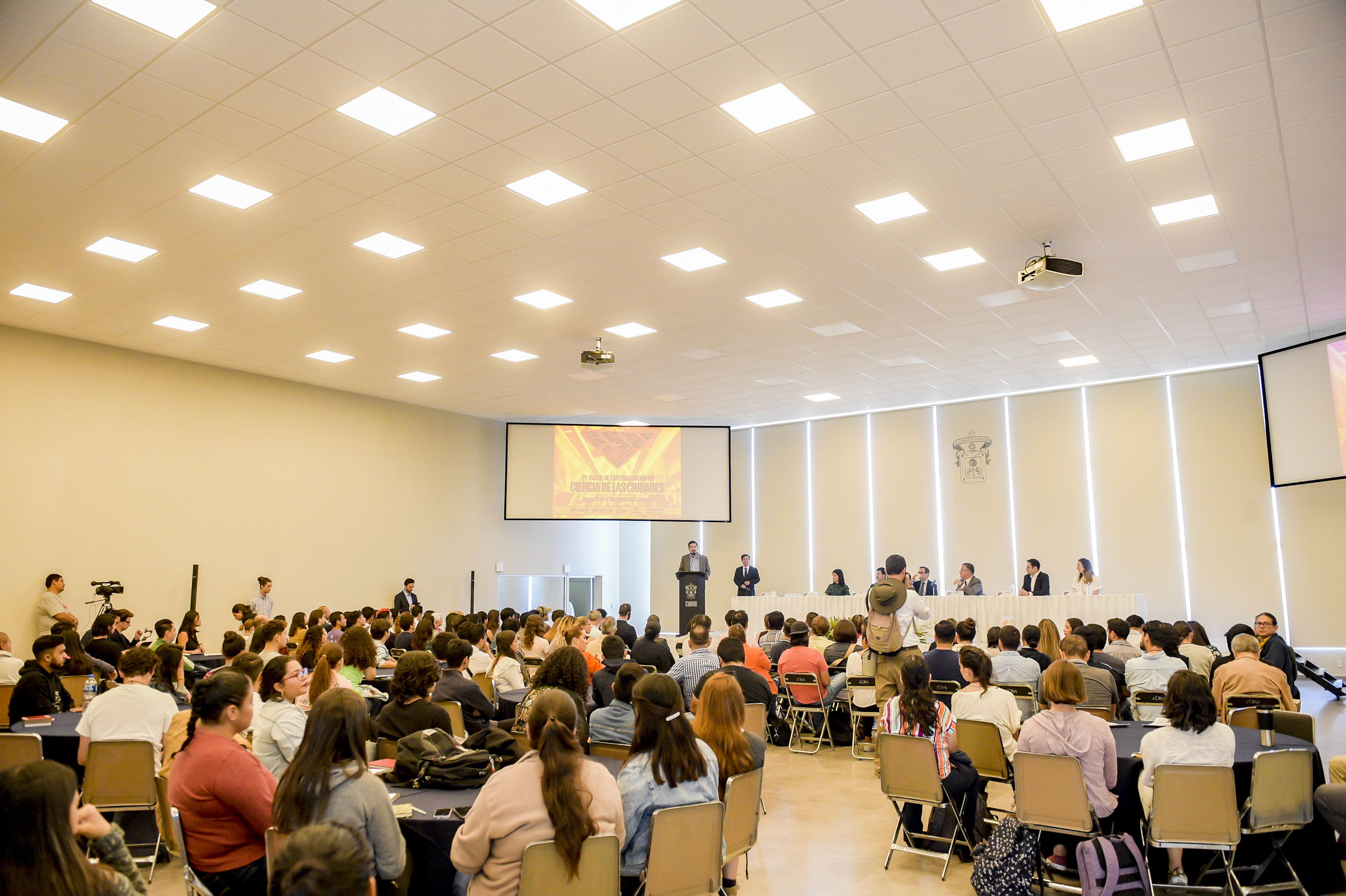 Vista general del auditorio del CUAAD donde se realizo el evento inaugural