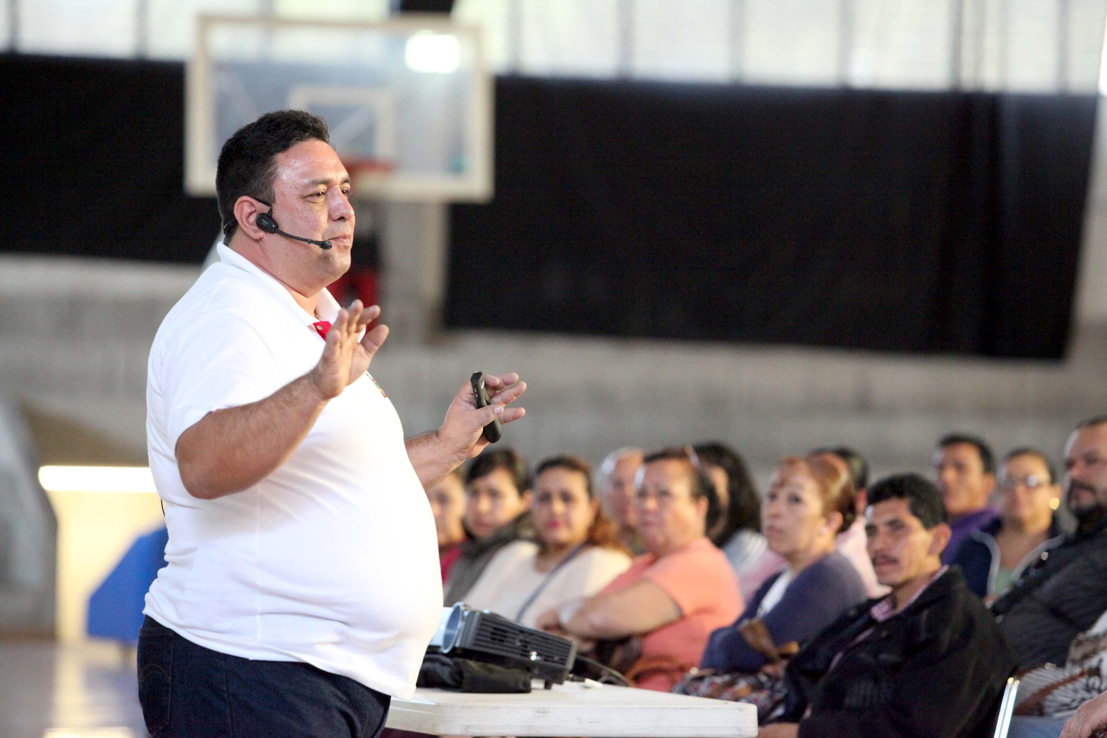 Expositor de la charla haciendo gestos con las manos