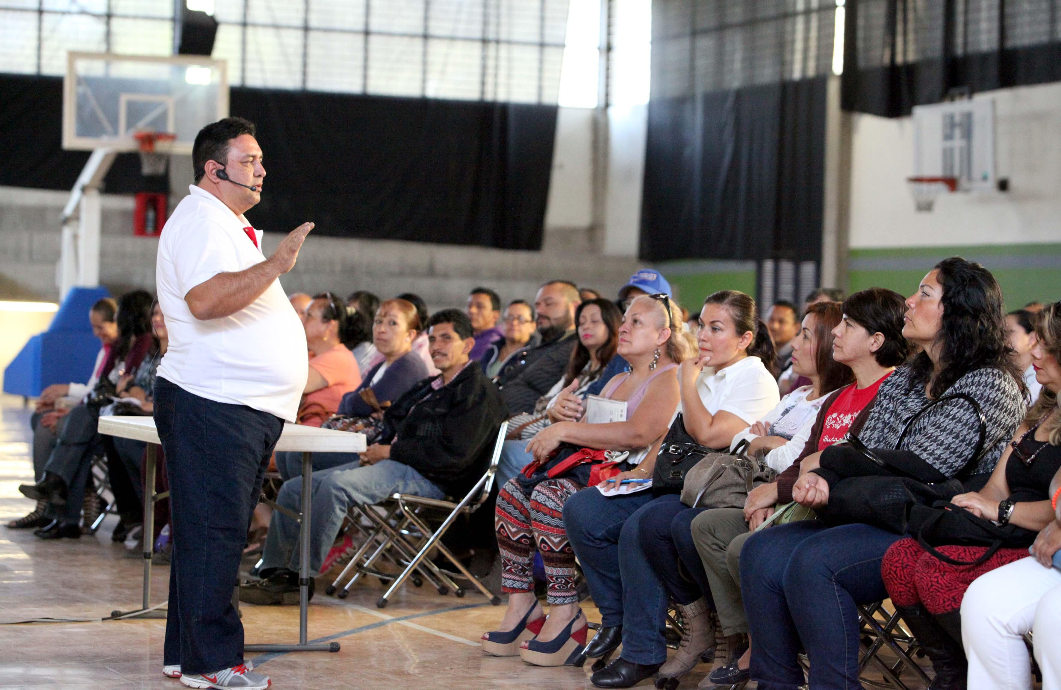 Expositor de la charla mirando al público