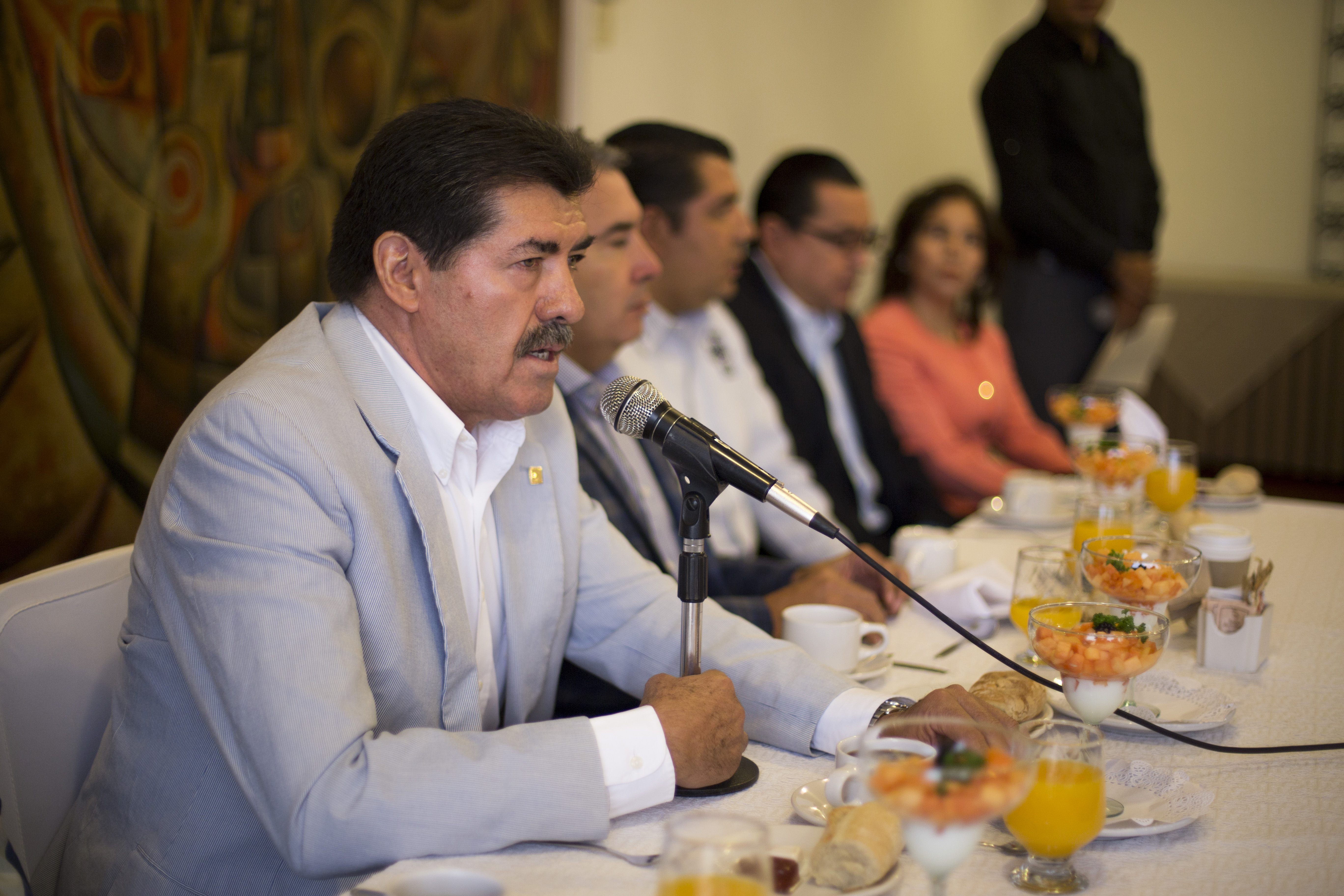 Doctor Pedro Verónica Rosales, secretario de Organización del Sindicato de Trabajadores Académicos de la Universidad de Guadalajara (STAUdeG), frente al micrófono, haciendo uso de la voz.