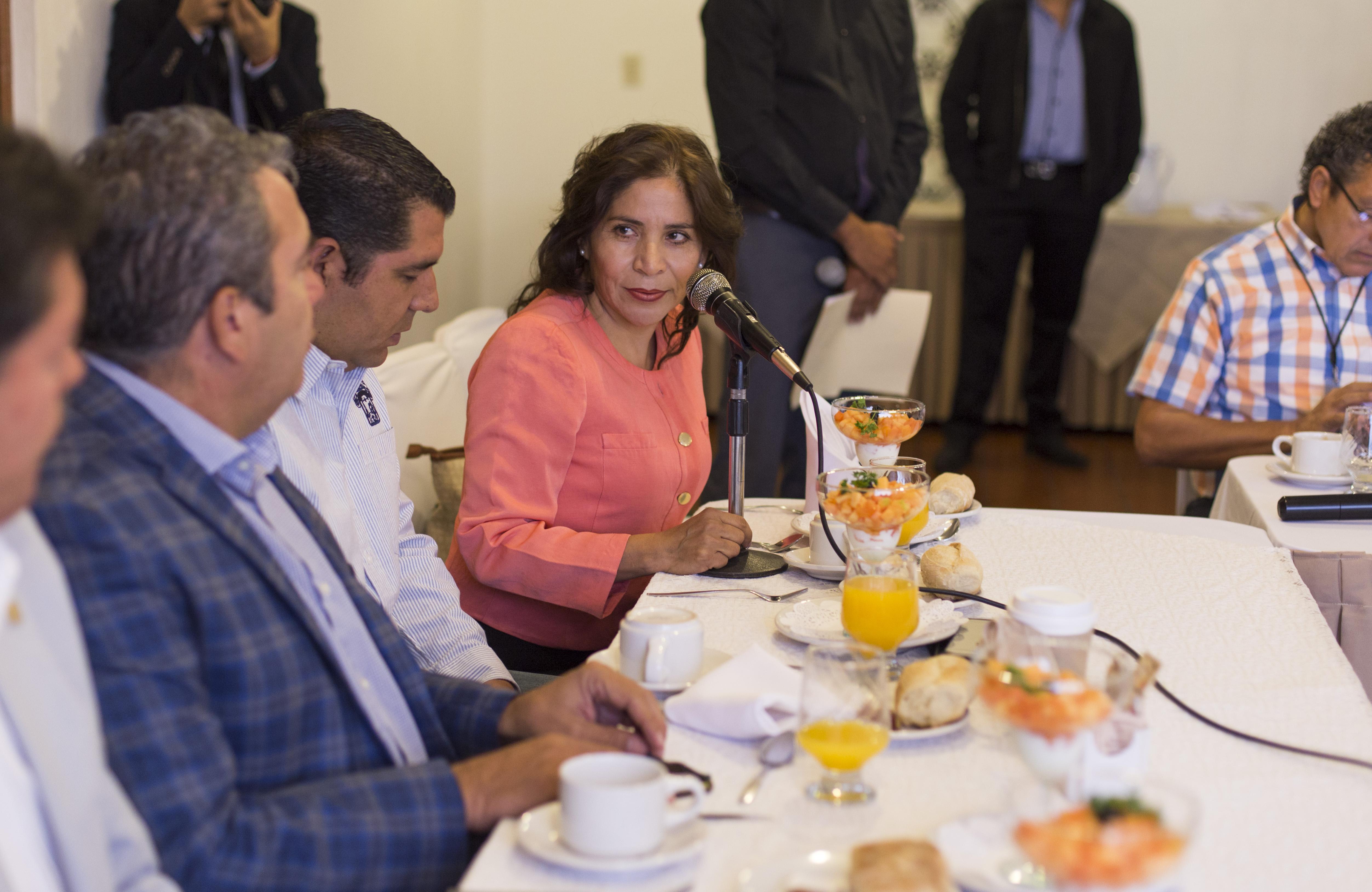 Miembro del presídium, participando en rueda de prensa, llevada a cabo en el salón Campanario, del Hotel De Mendoza.