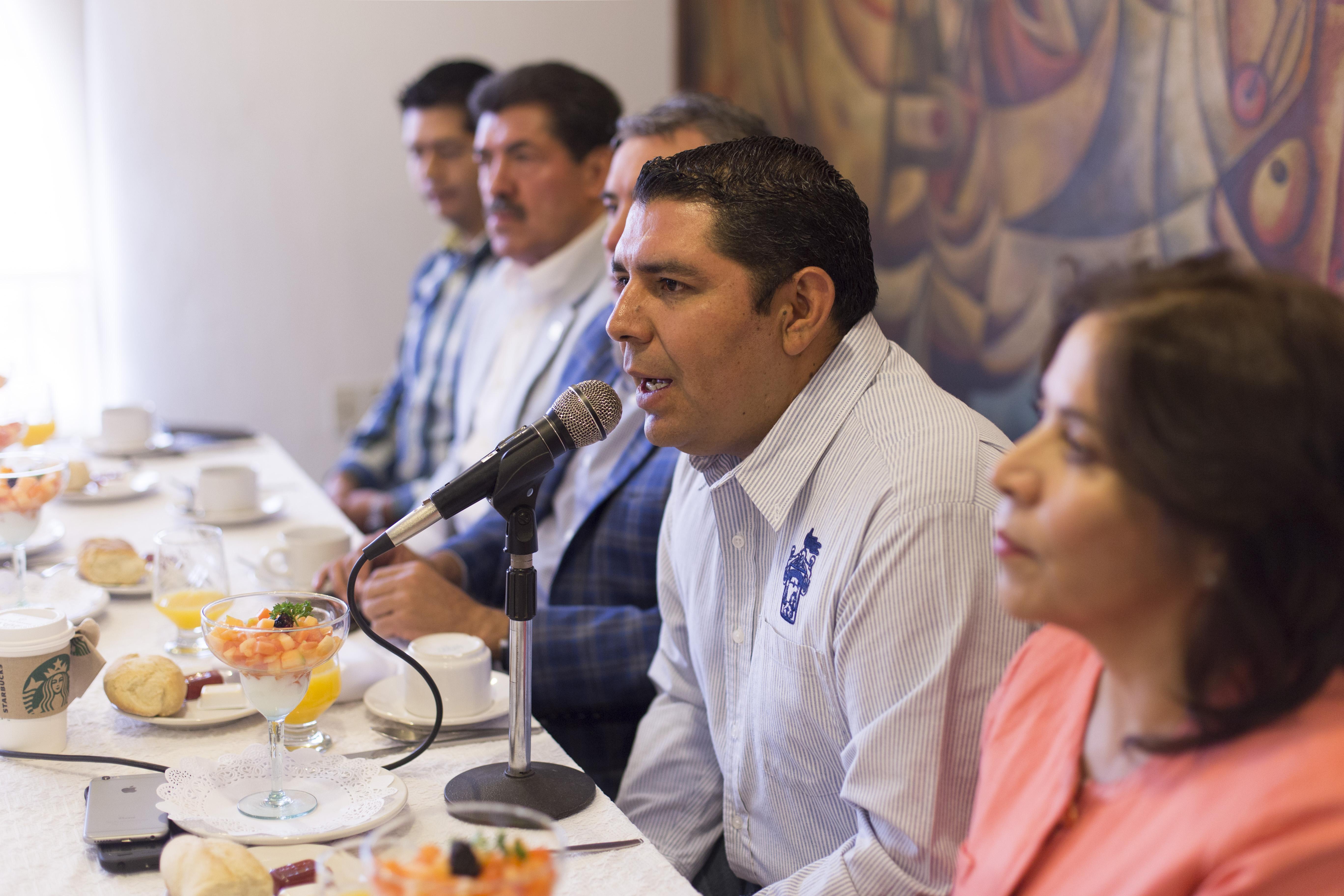 Ingeniero Juan José Hernández Rodríguez, secretario general del Sindicato de Trabajadores del Hospital Civil de Guadalajara, frente al micrófono.