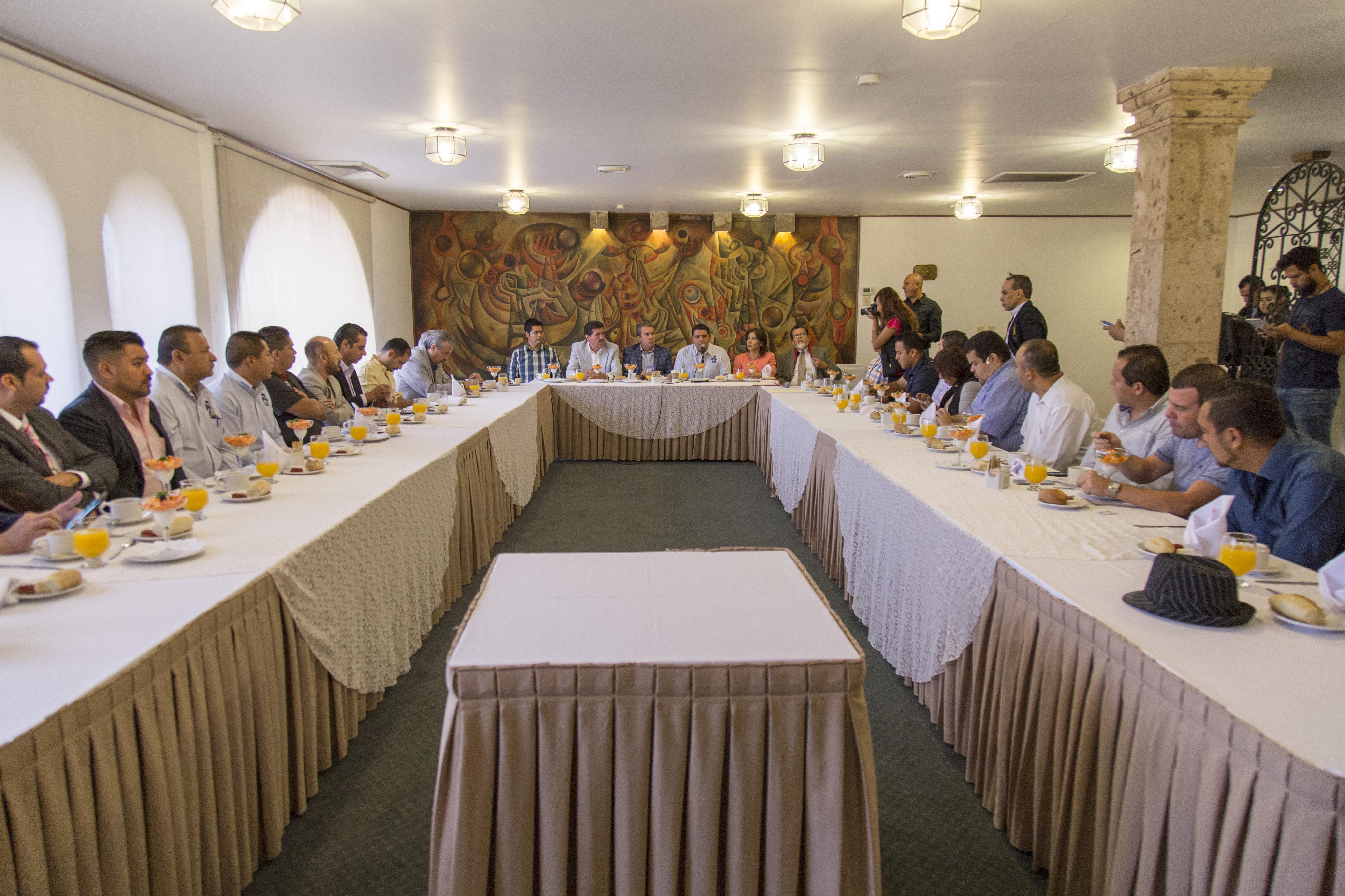 Rueda de prensa, llevada a cabo en el salón Campanario, del Hotel De Mendoza, para informar detalles de la próxima marcha, referente al primero de mayo.