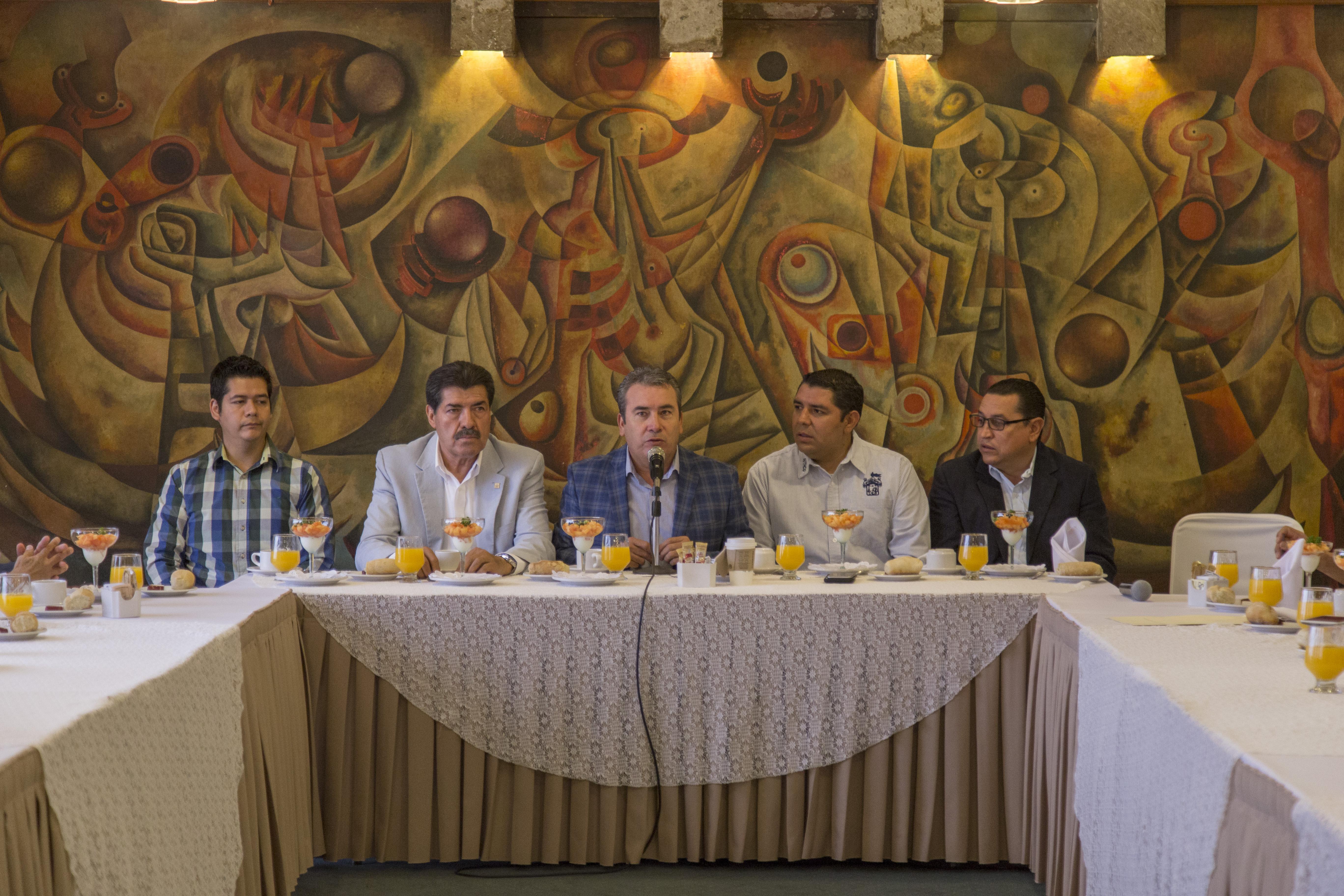 Maestro José de Jesús Becerra Santiago, secretario general del Sindicato Único de Trabajadores de la Universidad de Guadalajara (SUTUdeG), participando en rueda de prensa.