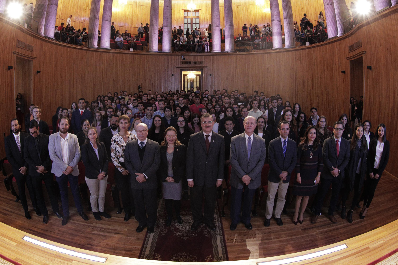 Autoridades y estudiantes de la Universidad de Guadalajara, participando en la ceremonia que tuvo lugar en el Paraninfo Enrique Díaz de León.