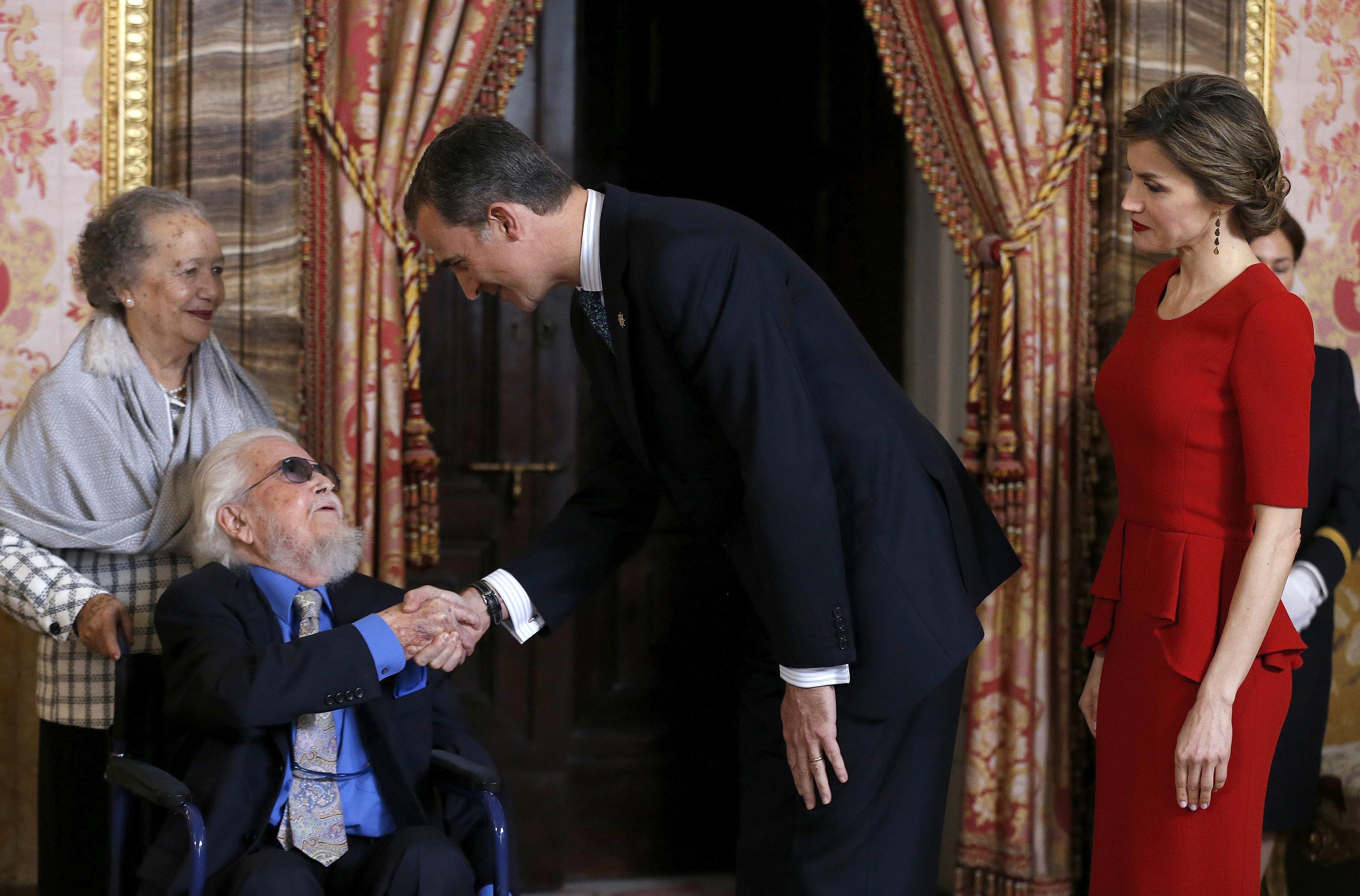 El Rey de España, Felipe VI saludando al escritor Fernando del Paso