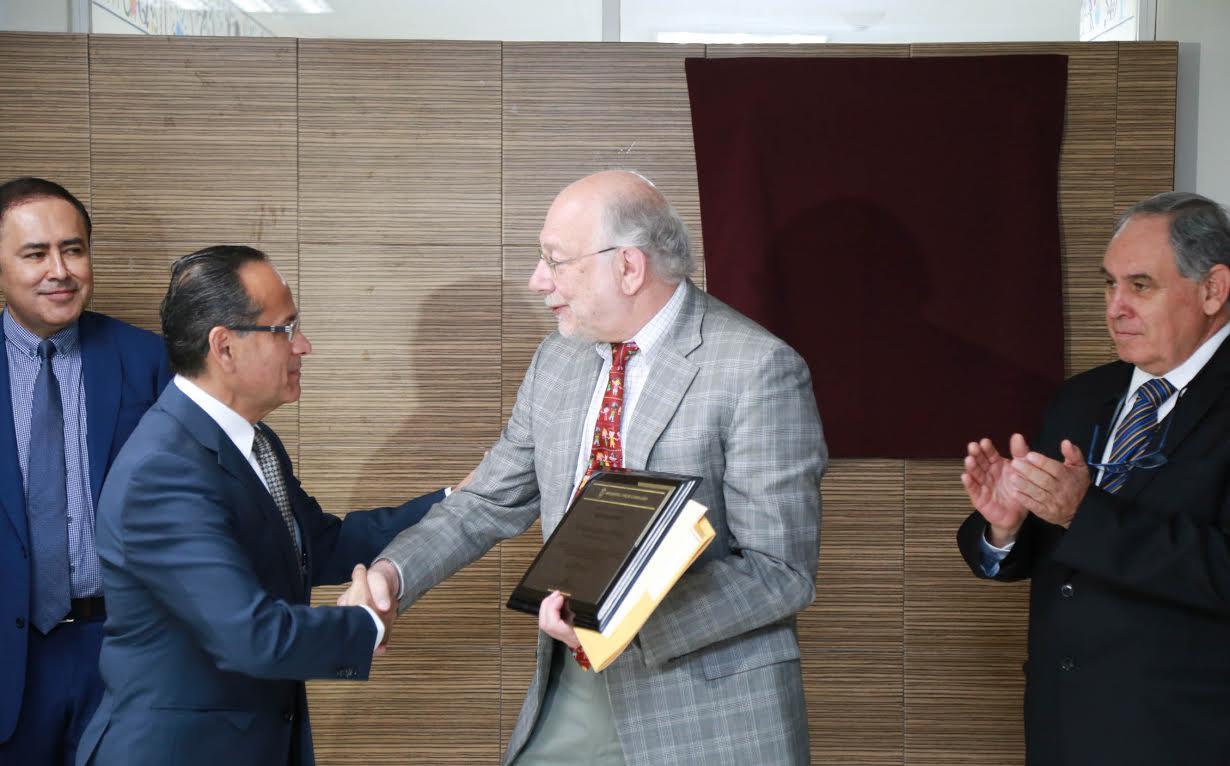Dr. Héctor Raúl Pérez Gómez, director general del Hospital Civil de Guadalajara, haciendo entrega de reconocimiento