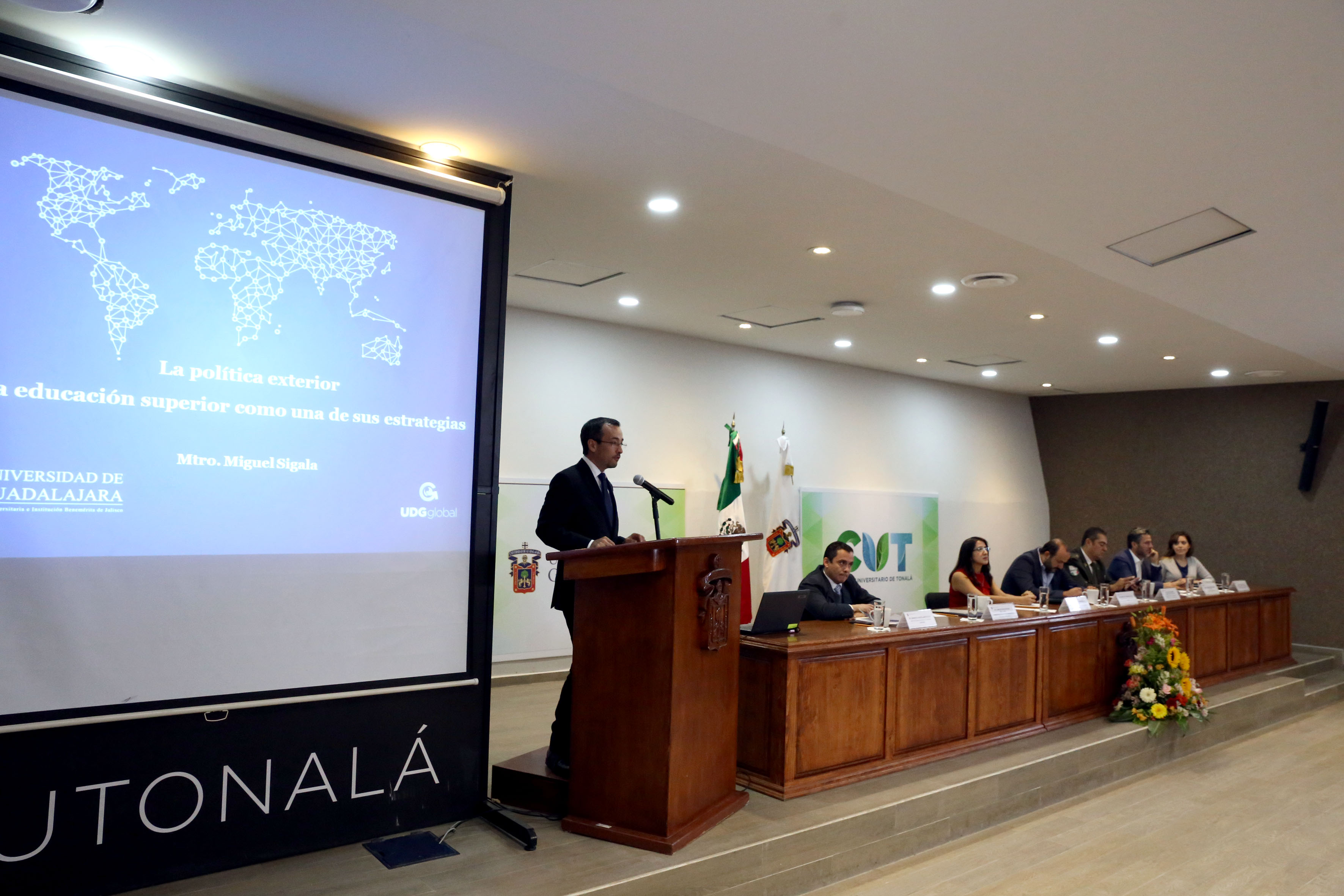 Doctor Carlos Iván Moreno Arellano, titular de la Coordinación General de Cooperación e Internacionalización, de la Universidad de Guadalajara, en podium del auditorio haciendo uso de la palabra.