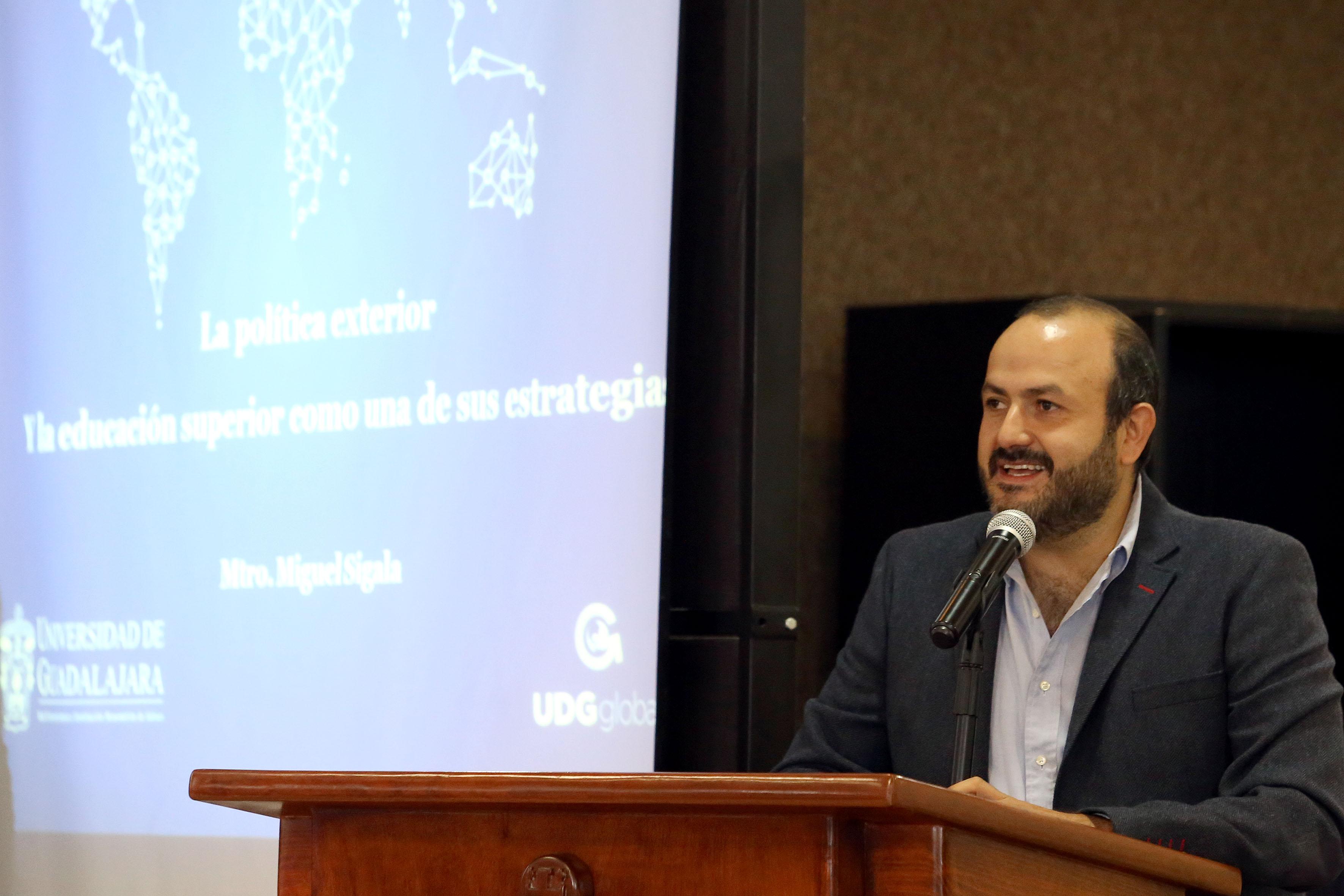 Doctor Ricardo Villanueva Lomelí, Rector del CUTonalá, en podium del auditorio, haciendo uso de la palabra, durante acto inagural.