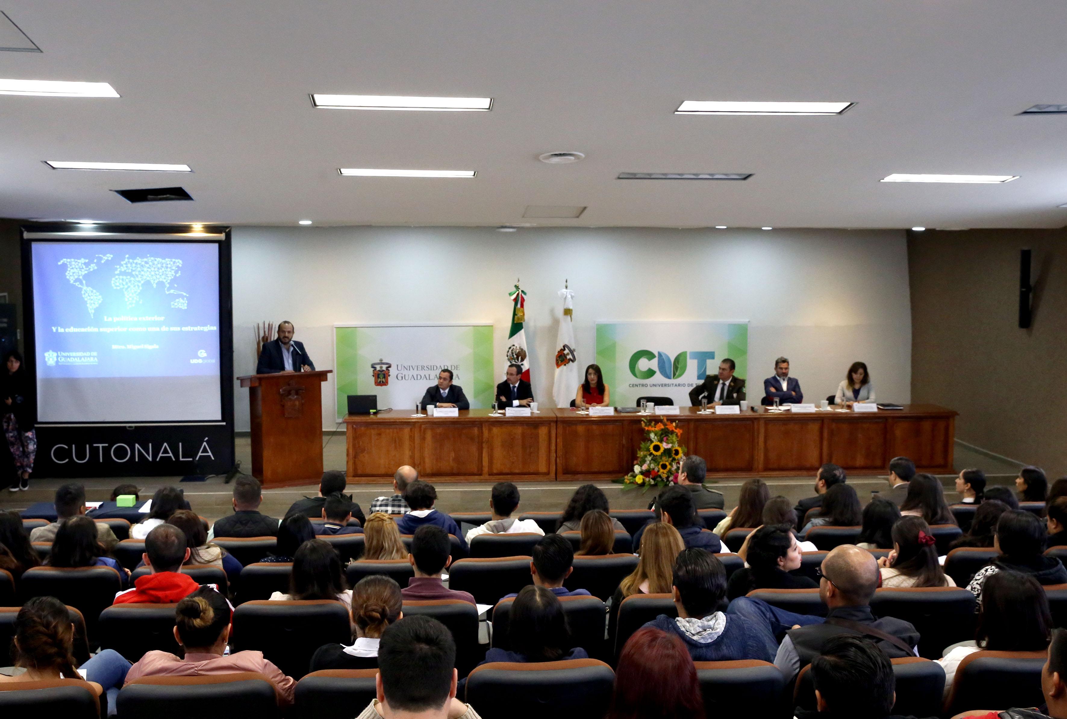 """Inauguración del Primer Foro sobre Política Exterior Mexicana, """"Retos y actualidades de la política exterior de México"""", que dió lugar en el Centro Universitario de Tonalá."""