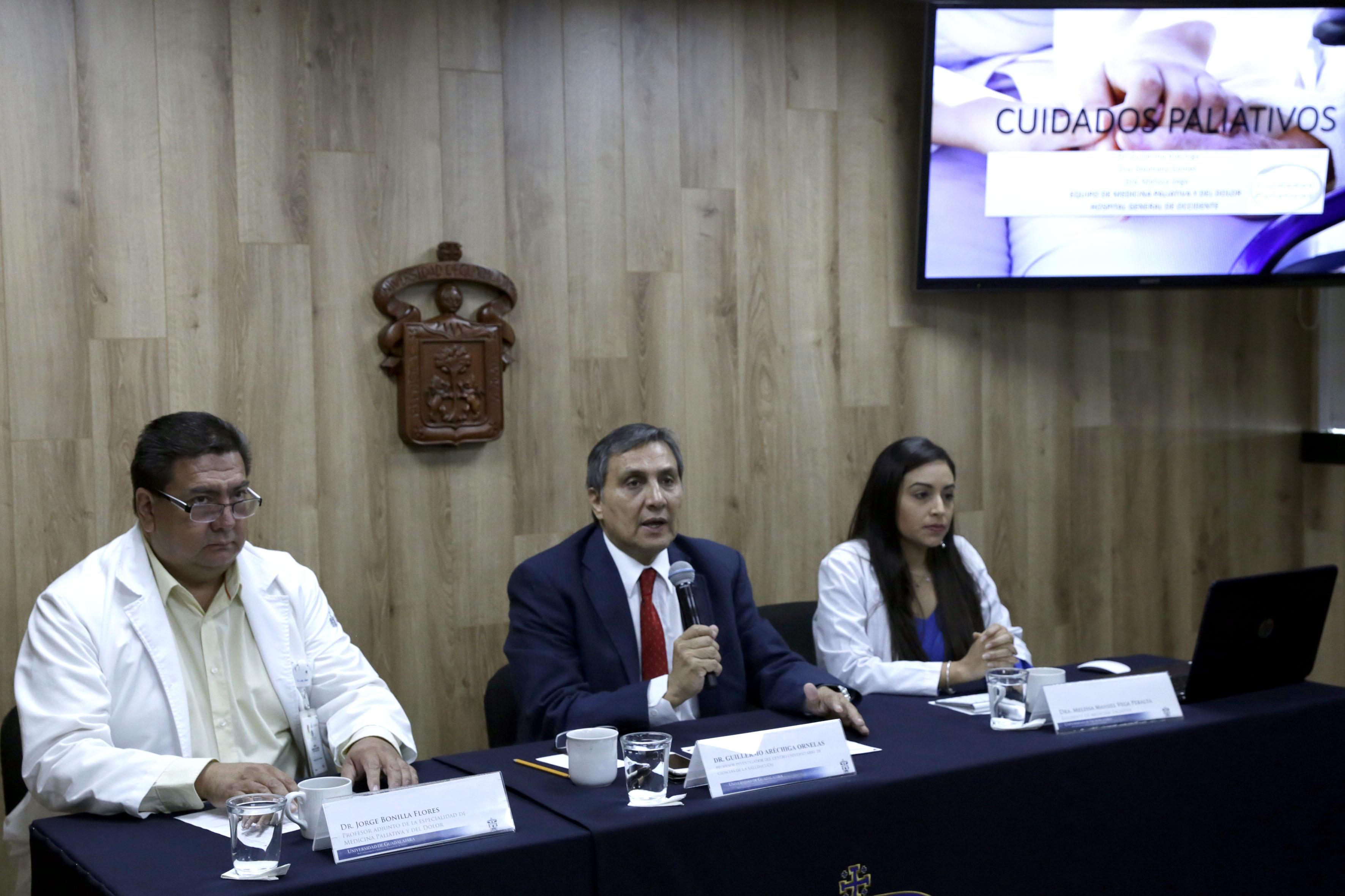 doctor Guillermo Aréchiga Ornelas, profesor investigador del Centro Universitario de Ciencias de la Salud (CUCS), de la Universidad de Guadalajara (UdeG). participando en rueda de prensa