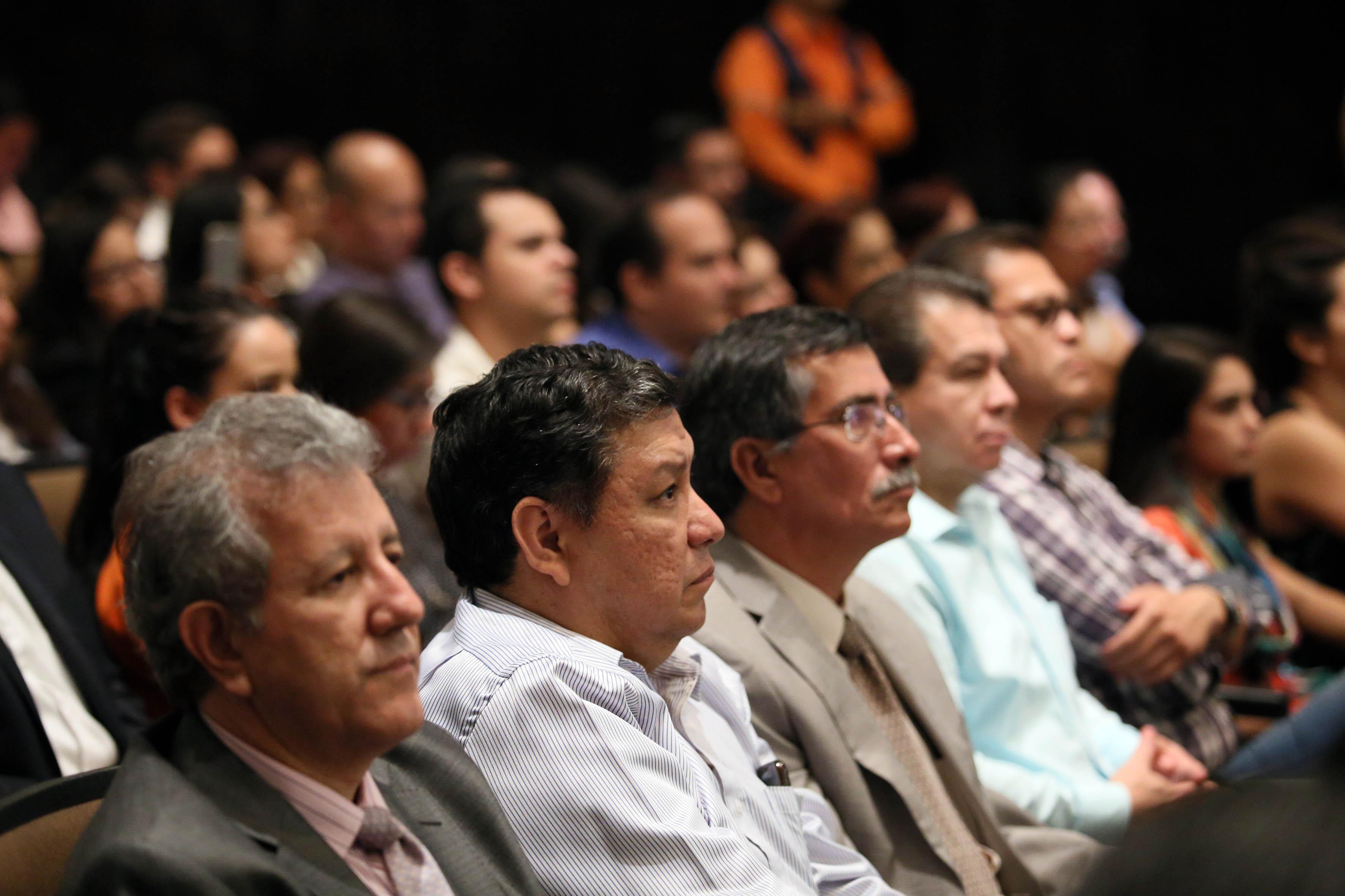 Publico asistente a la toma de protesta de nueva rectora del CUCEI