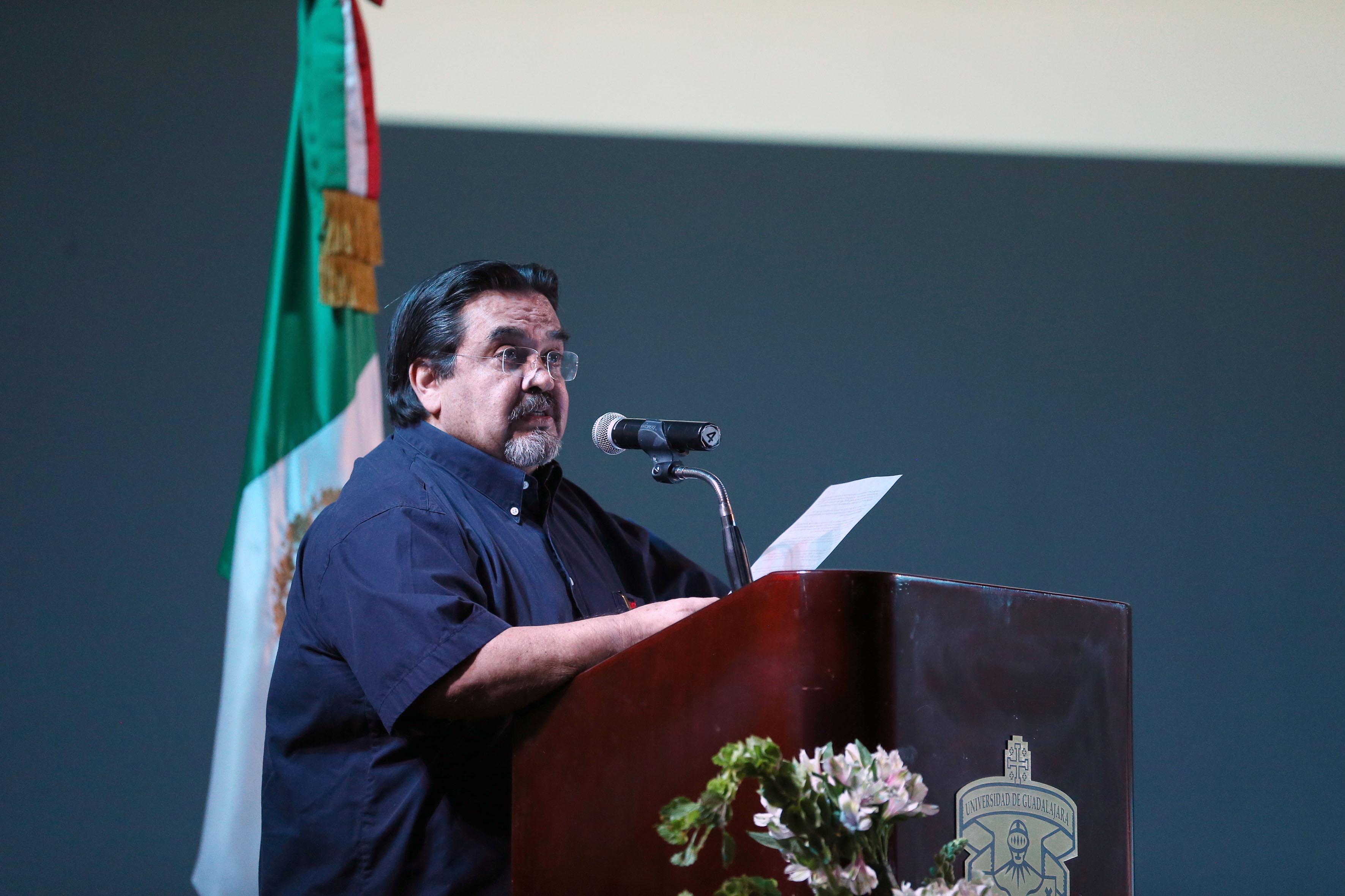 Rector del Centro Universitario de la Costa, doctor Marco Antonio Cortés Guardado, en podium rindiendo su Tercer Informe de Actividades.
