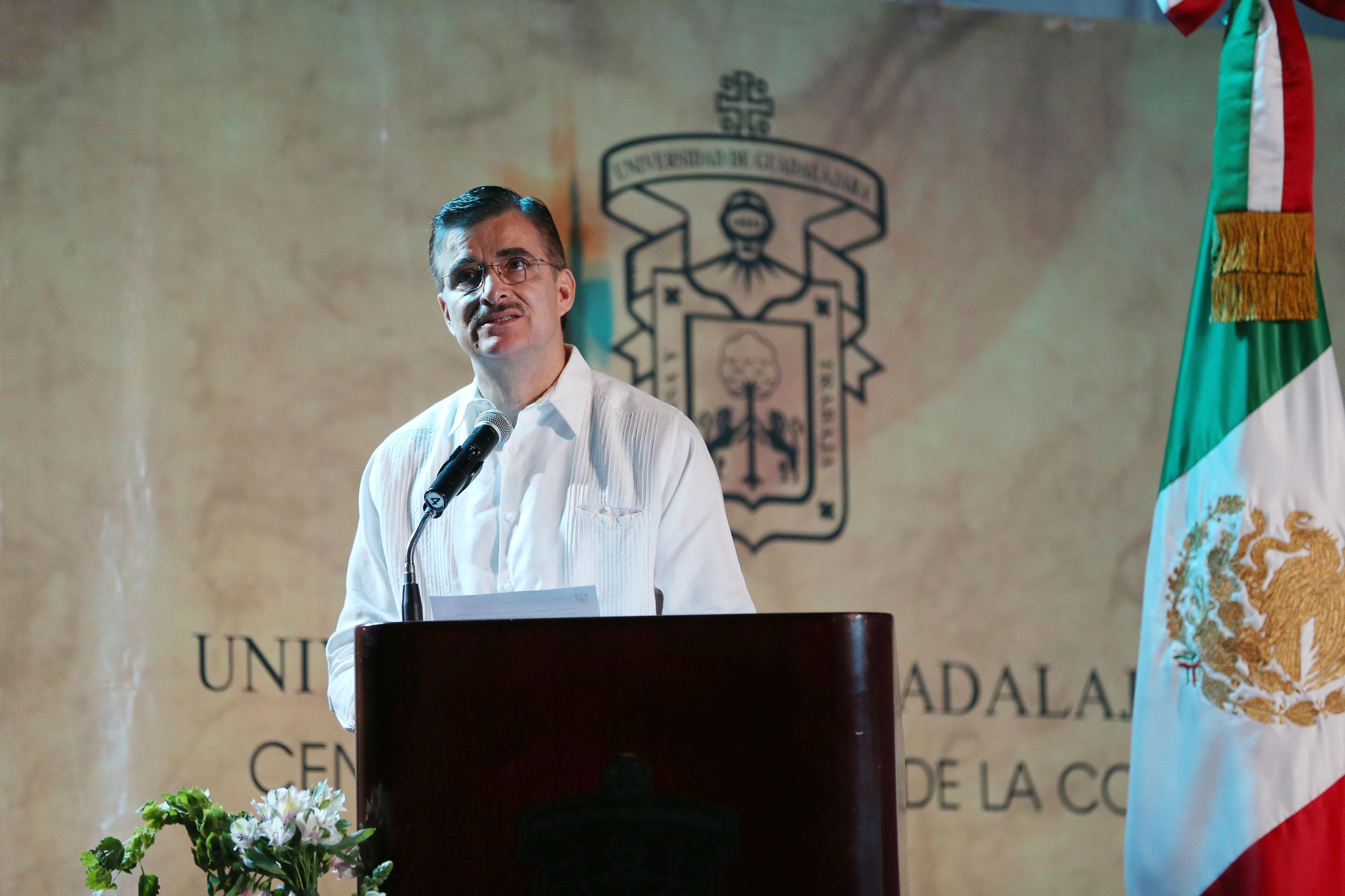 Rector General de la UdeG, maestro Itzcóatl Tonatiuh Bravo Padilla, en podium haciendo uso de la palabra.
