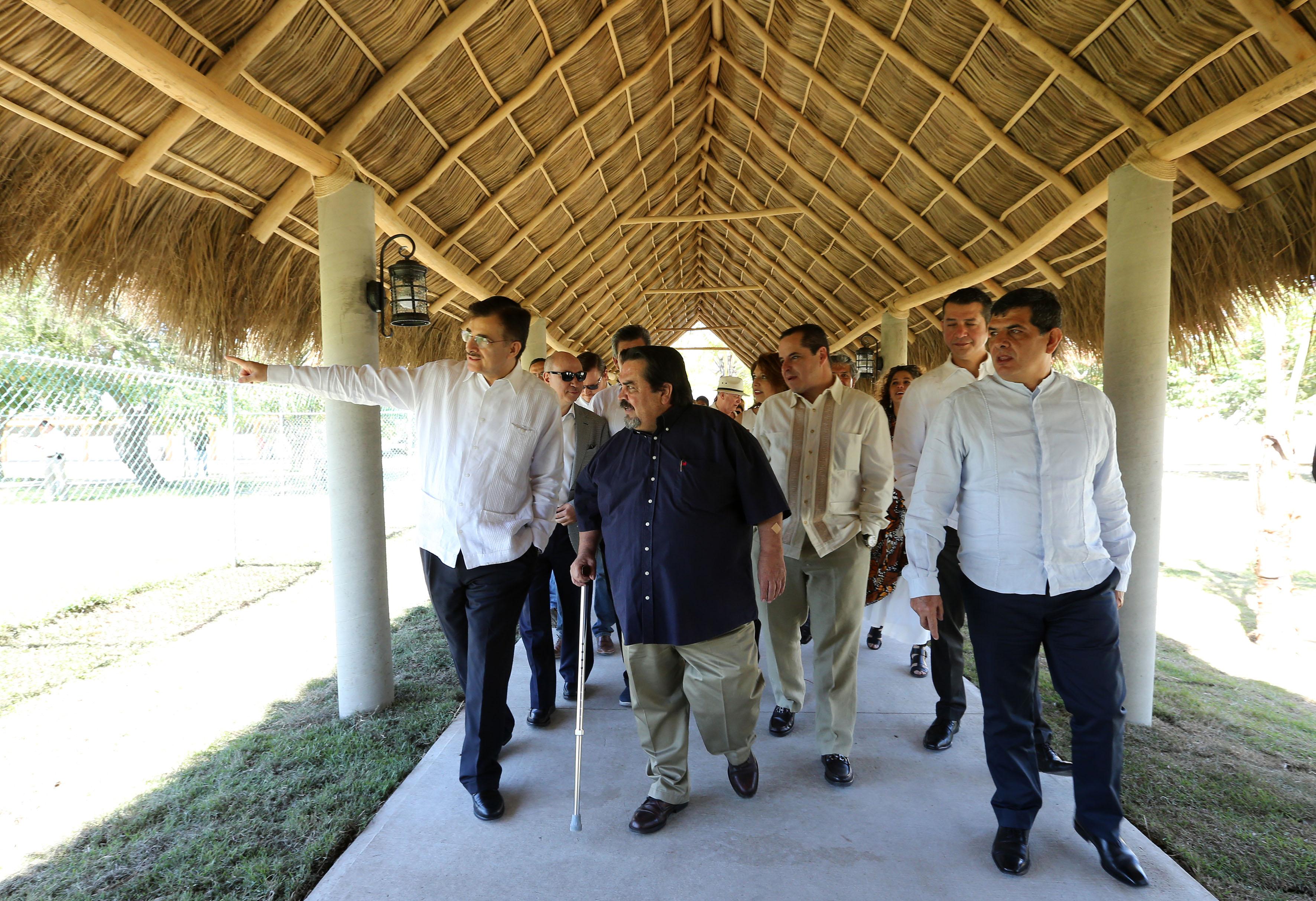 Rector del centro, Rector general y diversas autoridades universitarias de la UdeG, haciendo un recorrido por las instalaciones del CUCosta.