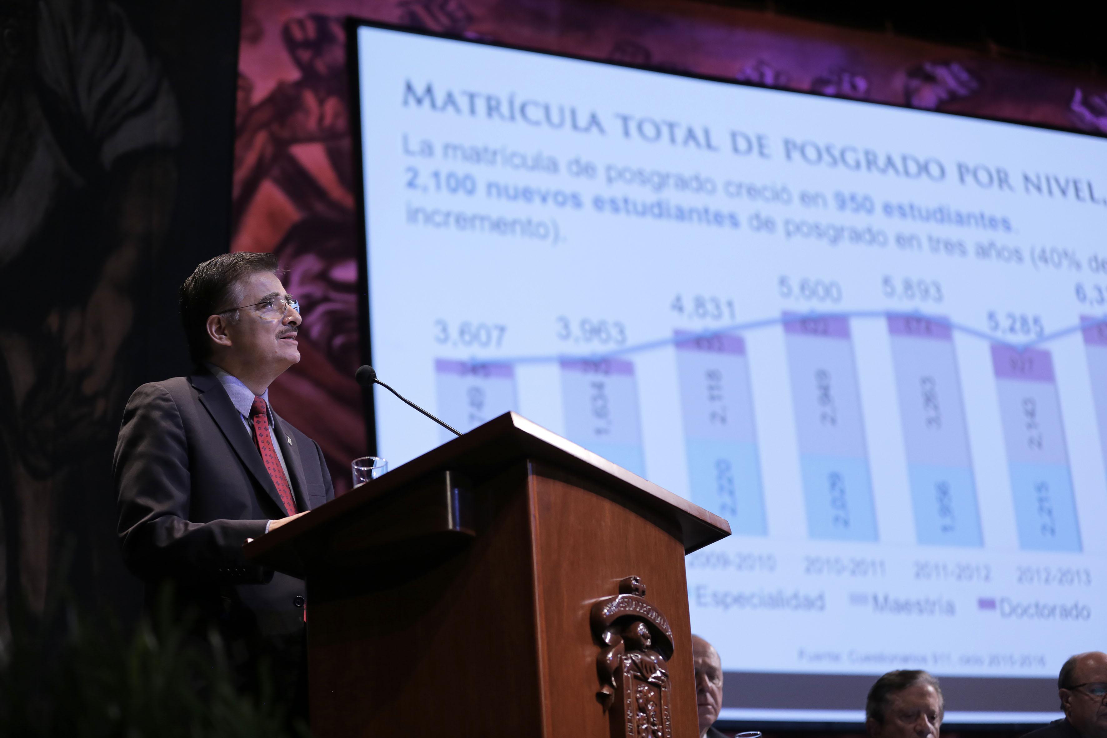 Rector General de la Universidad de Guadalajara, maestro Itzcóatl Tonatiuh Bravo Padilla, rindiendo su Tercer Informe de actividades.