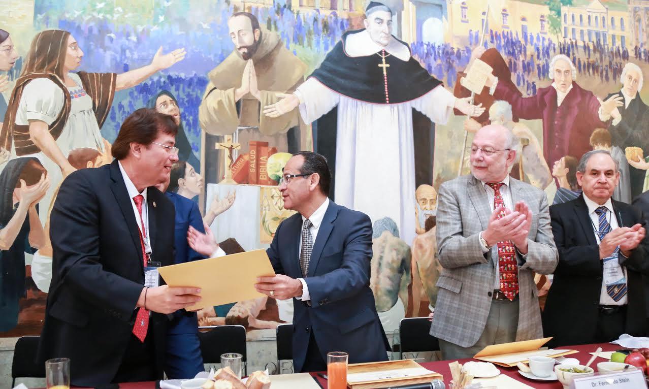 Dr. Héctor Raúl Pérez Gómez, director general del Hospital Civil de Guadalajara, haciendo entrega de reconocimiento al doctor Julio César Carlón Acosta