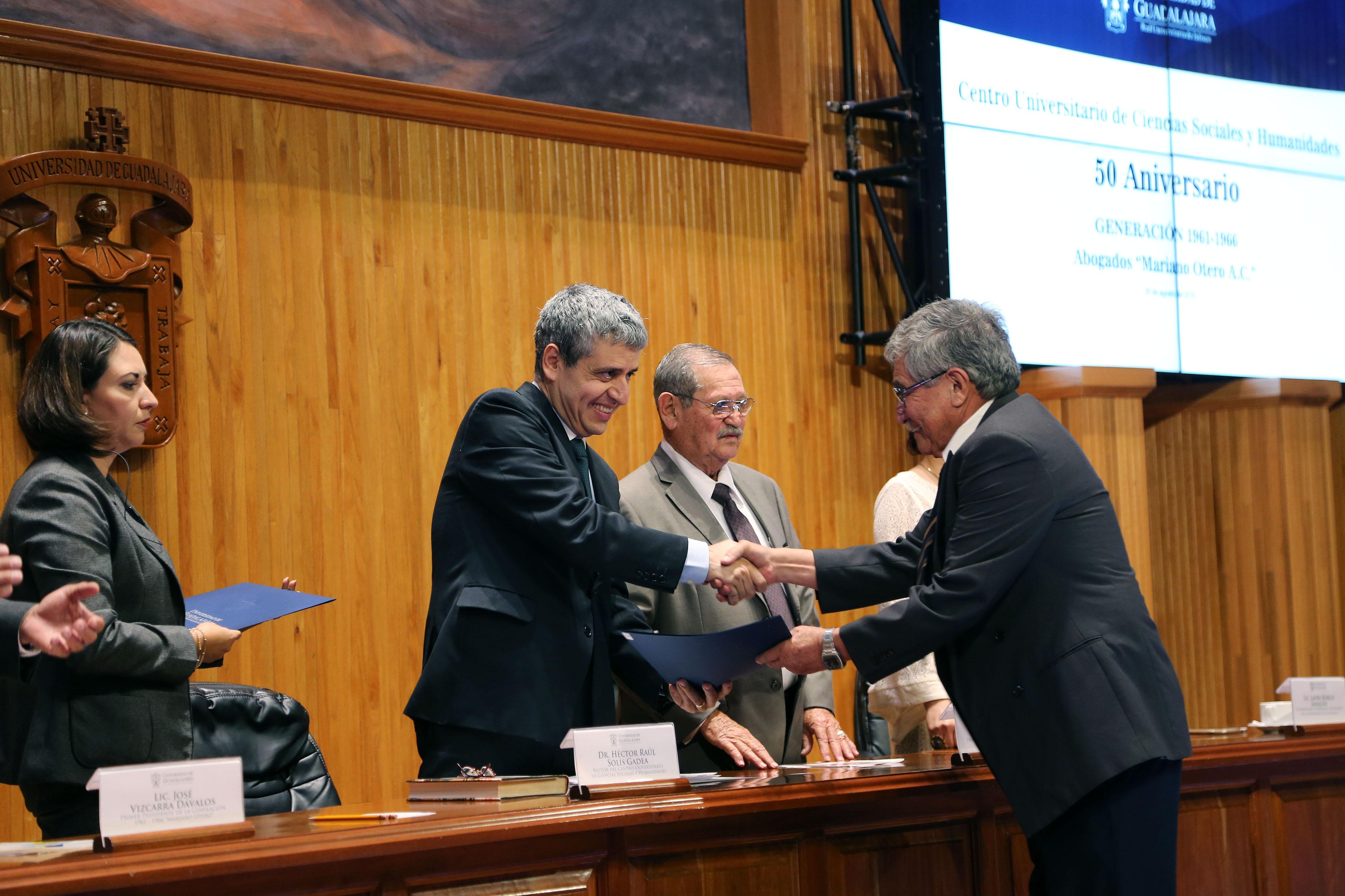 Héctor Raúl Solís Gadea haciendo entrega de reconocimiento