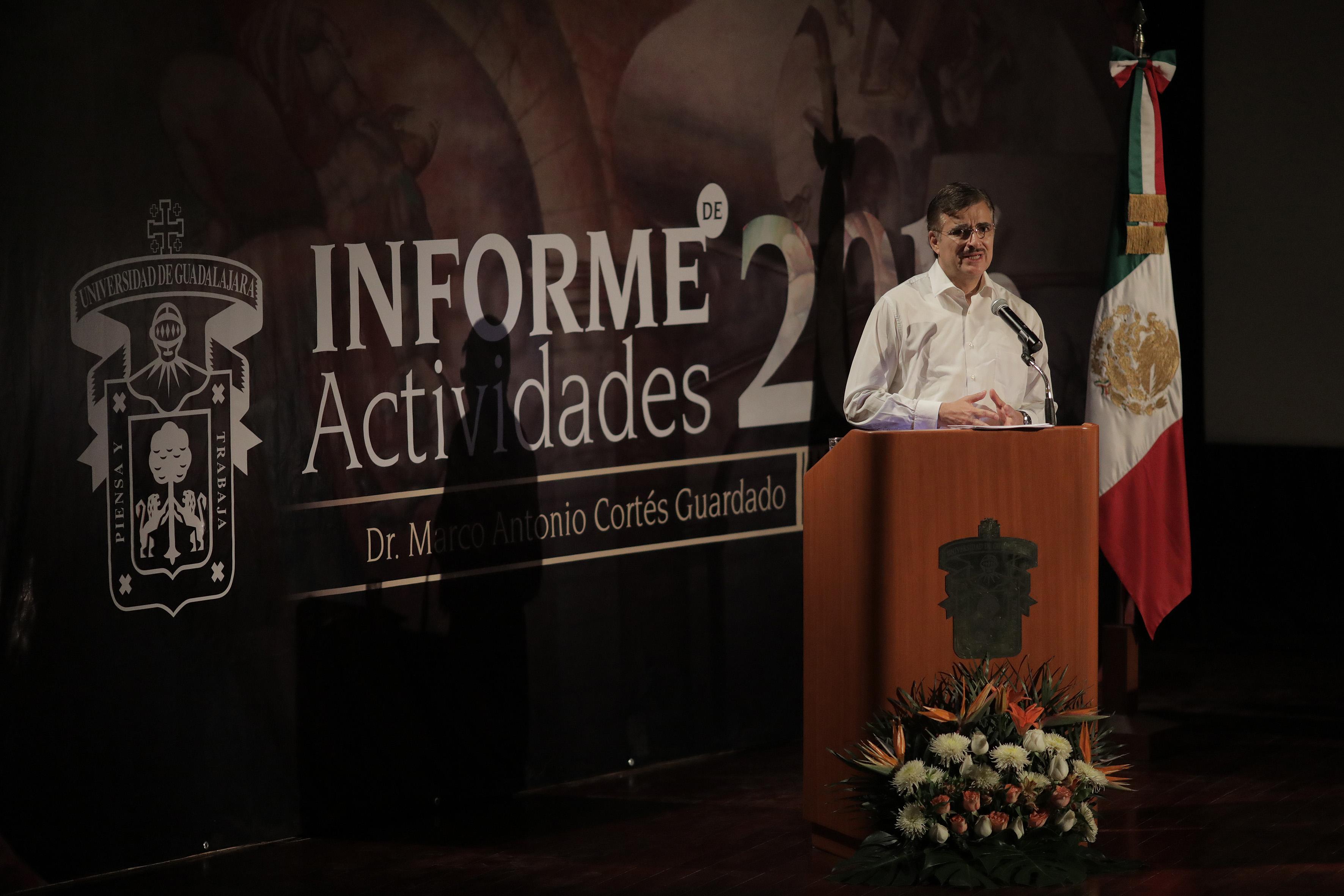 Rector General de la UdeG, maestro Itzcóatl Tonatiuh Bravo Padilla, en podium del auditorio del centro univesitario, haciendo uso de la palabra.