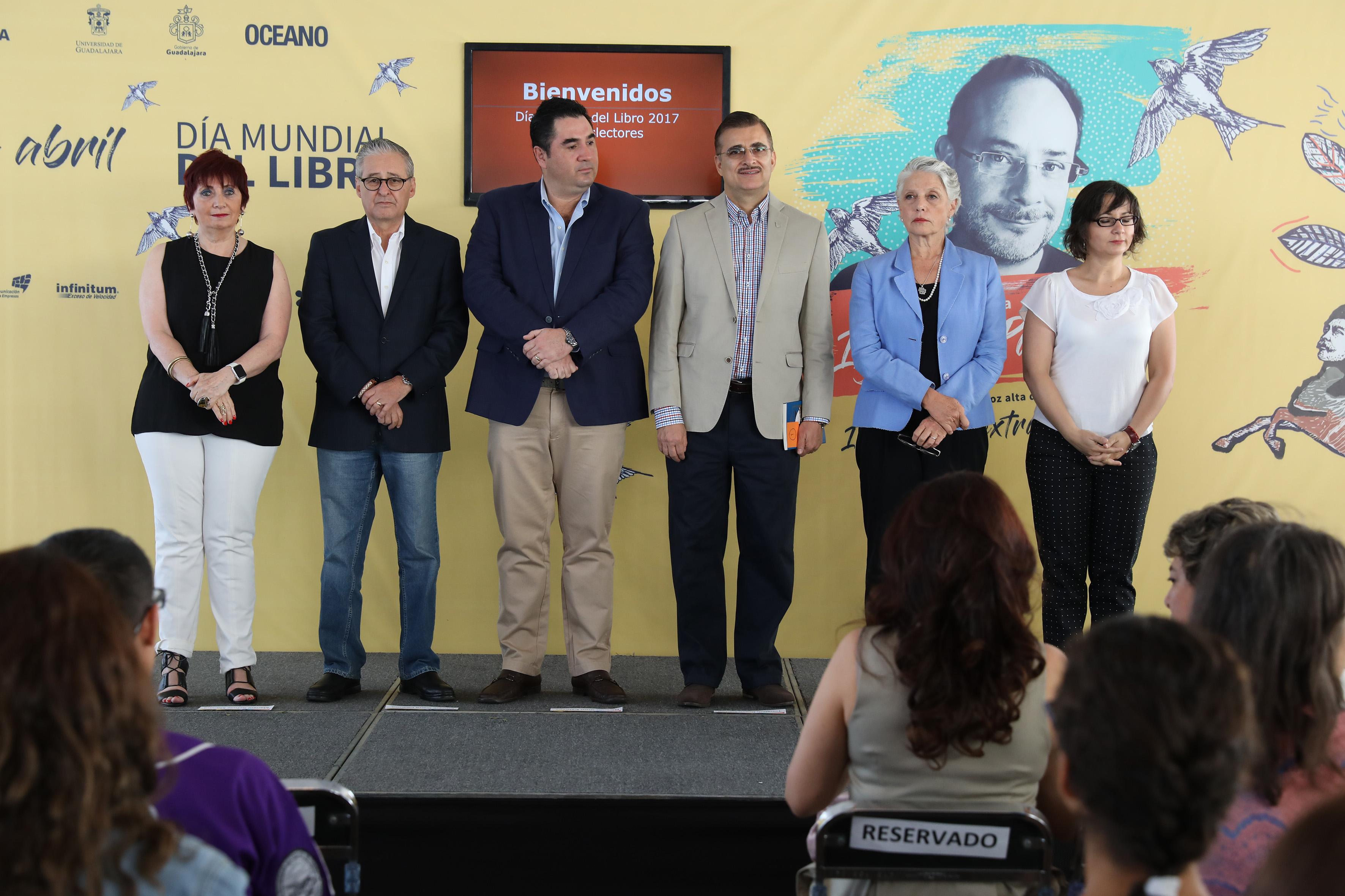 Autoridades universitarias y de gobierno, rindiendo homenaje a la obra de Ignacio Padilla durante el Día Mundial del Libro.