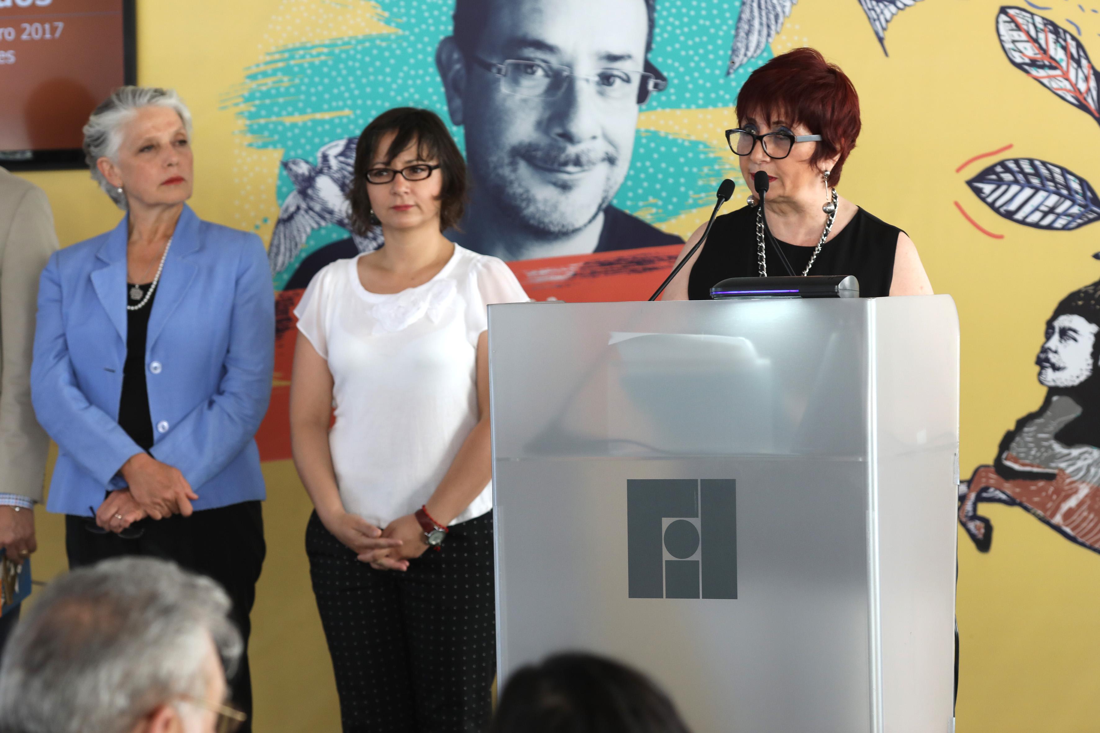 Directora general de la FIL, maestra Marisol Schulz Manaut, y editora de Padilla en el libro La gruta de Toscano, en podium instaladao en el evento, haciendo uso de la palabra.