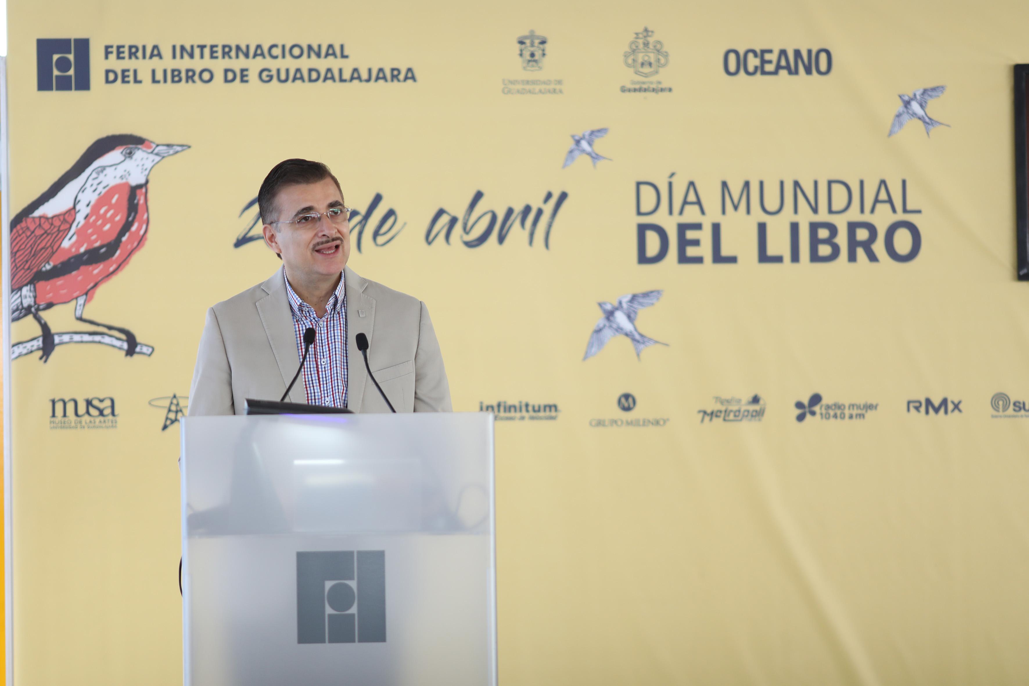 Rector General de la Universidad de Guadalajara, maestro Itzcóatl Tonatiuh Bravo Padilla, en podium instaladao en el evento, haciendo uso de la palabra.