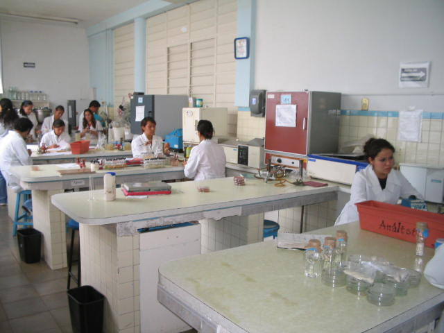"""Alumnos de la Escuela Politécnica """"Ing. Jorge Matute Remus"""" tomando clase en el laboratorio."""